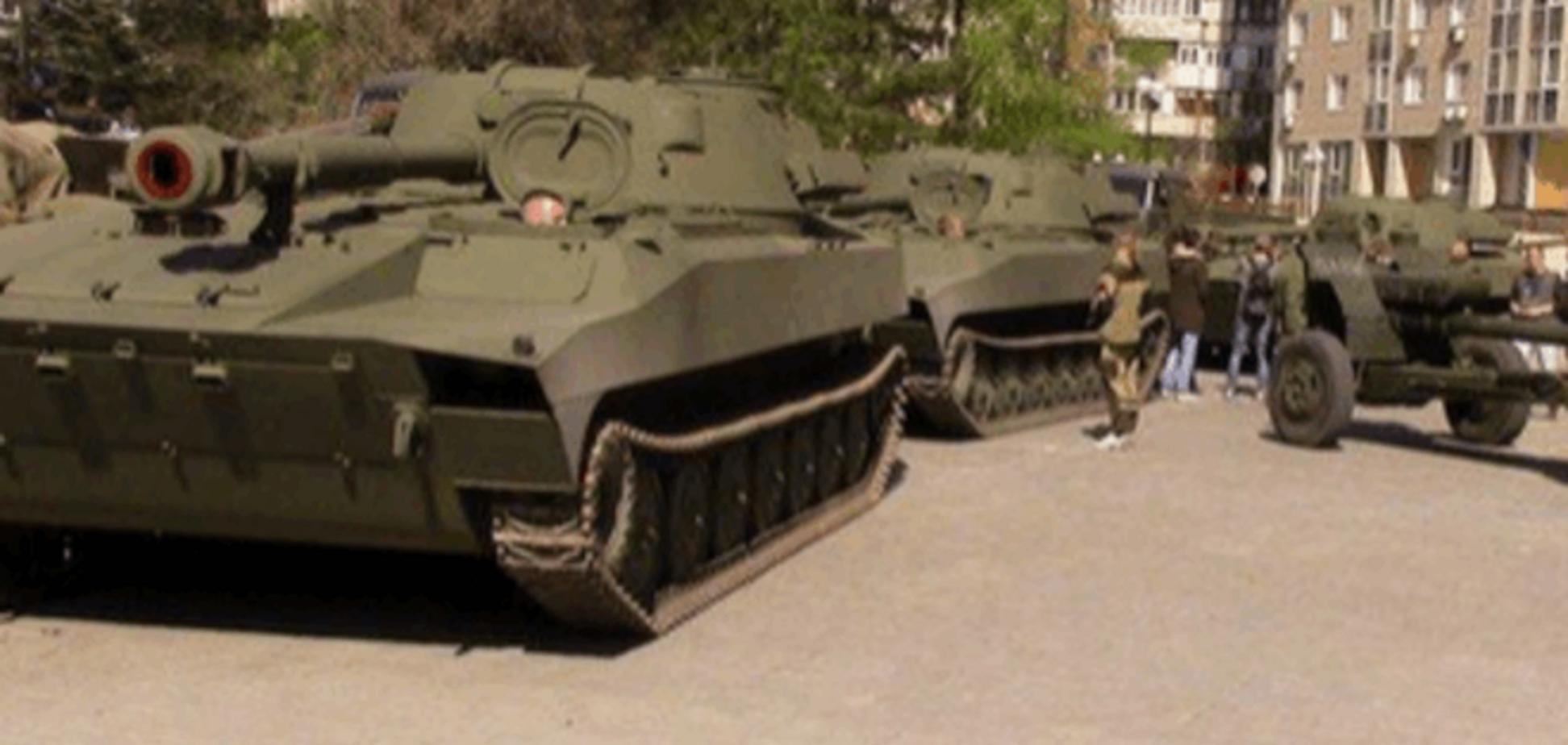 Під приводом параду терористи повертають у Донецьк 'відведену' техніку: фото- і відеофакт
