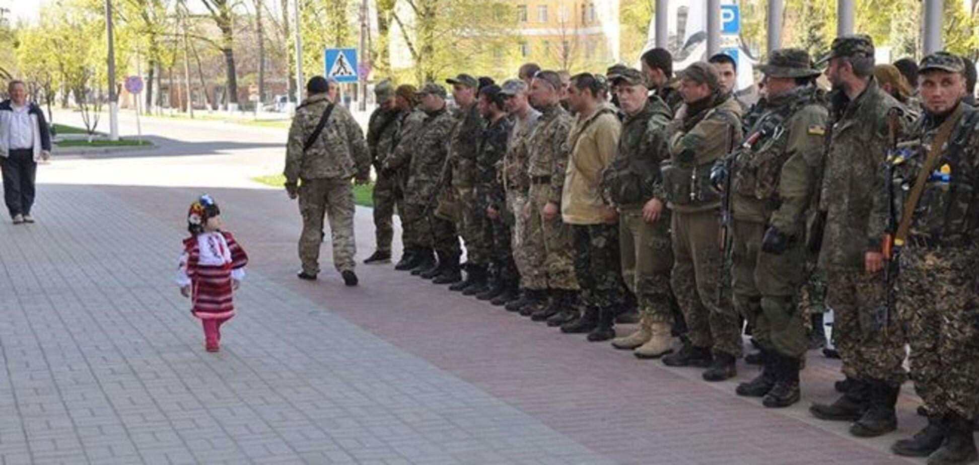 'Кто генералиссимус?' Маленькая украинка командует военными: фото дня