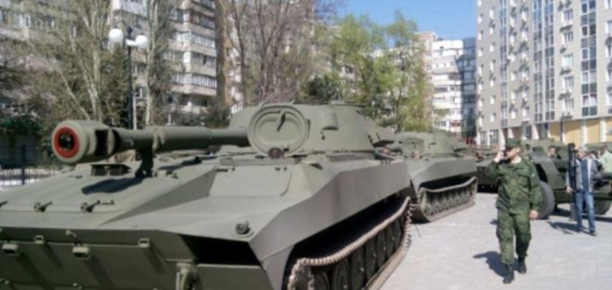 Террористы вытащат на 'парад' в Донецке небоеспособную технику: опубликованы фото