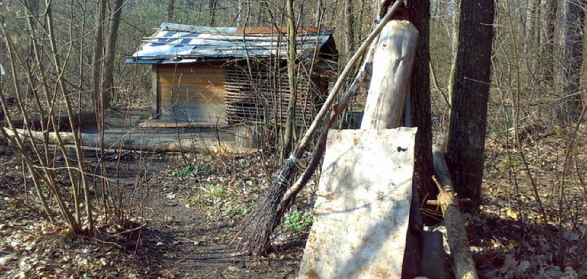 Необычный Киев: в столичном лесу нашли избушку 'индейца'. Фото