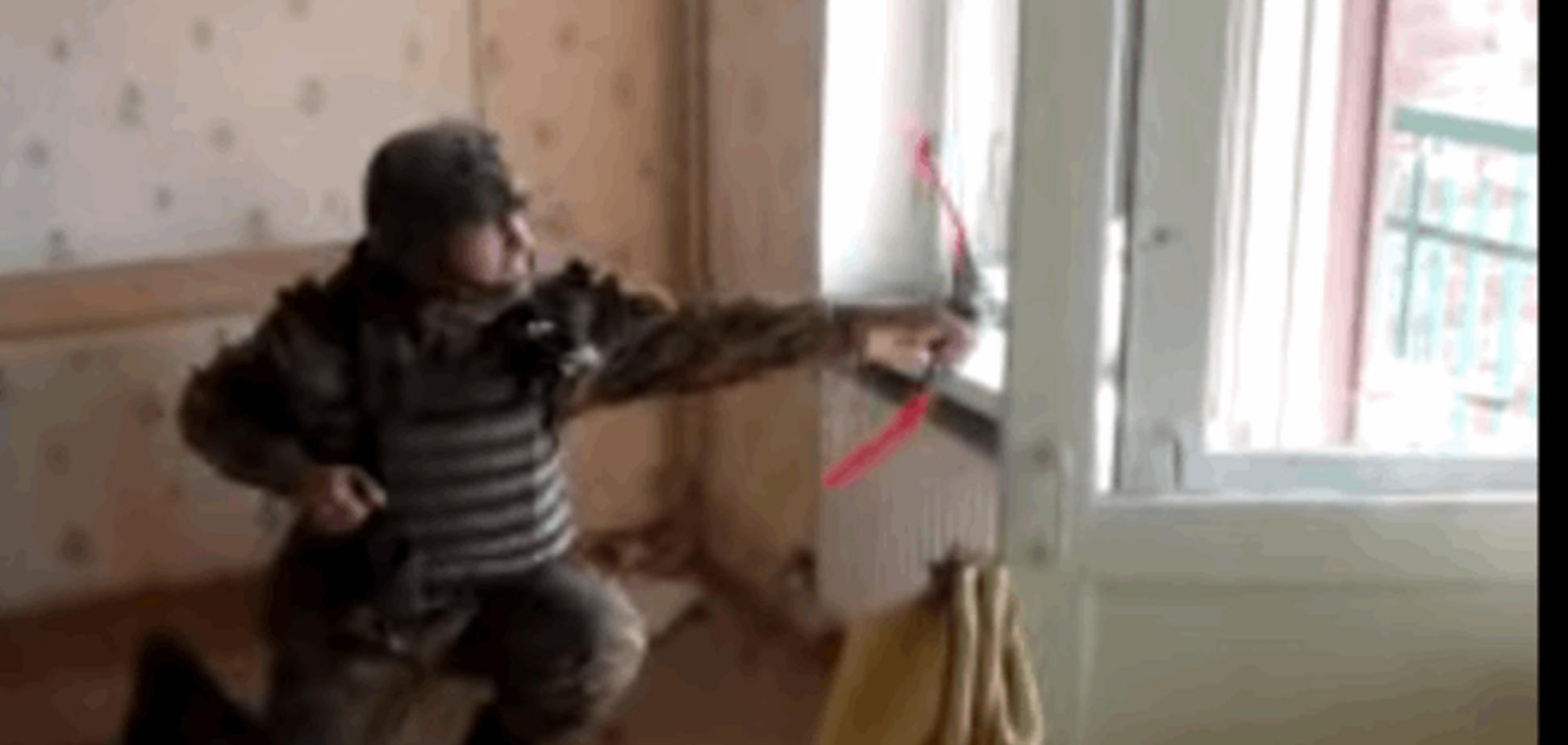 'Киборги'-юмористы: как боец стрелял у террористов из лука. Видеофакт