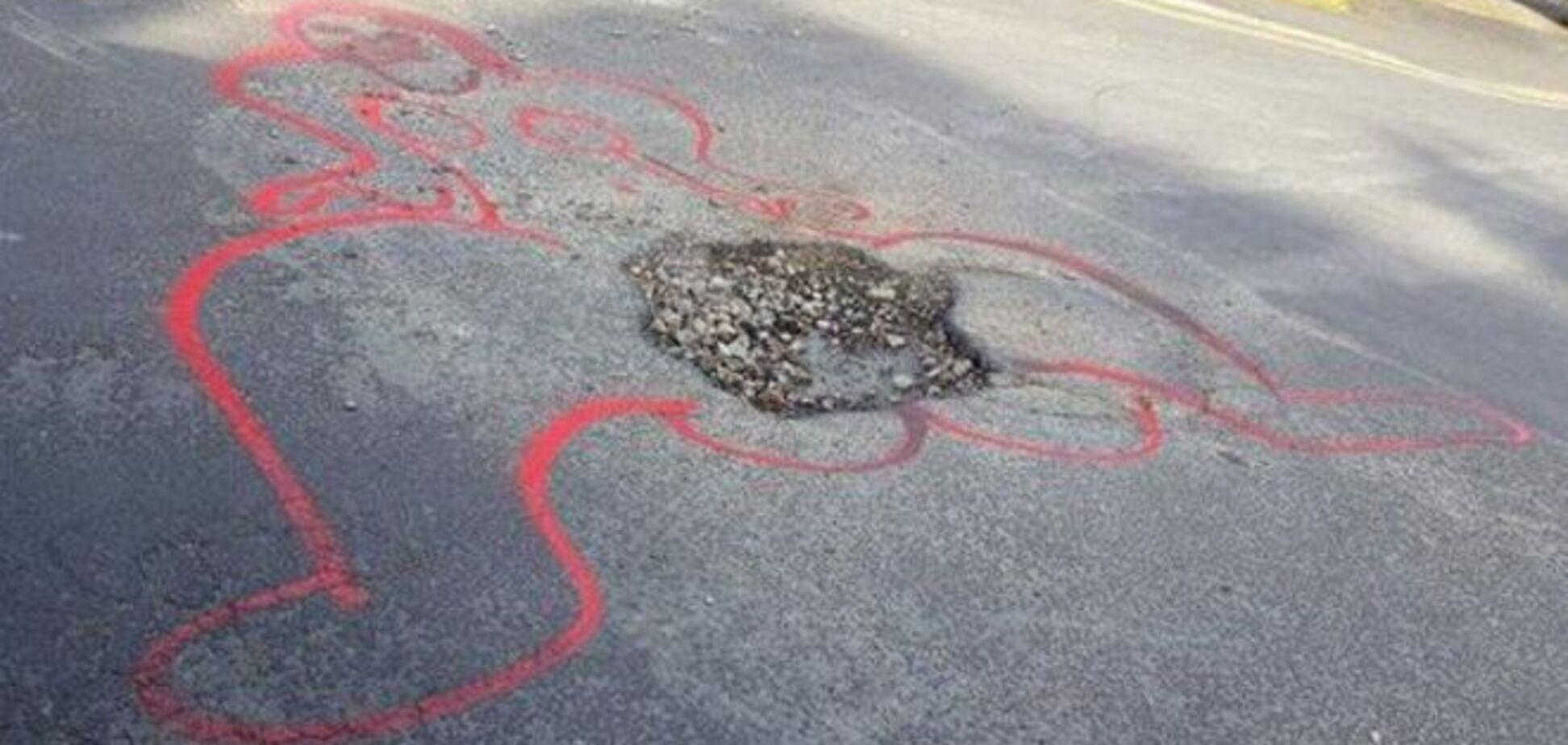 Британський художник бореться з ямами на дорогах за допомогою вульгарних малюнків
