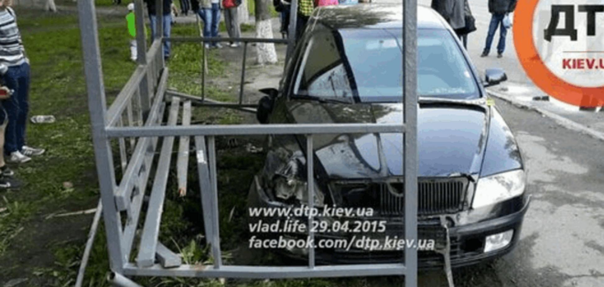 У Києві 'Шкода' вщент розгромила зупинку з дітьми: фото з місця подій