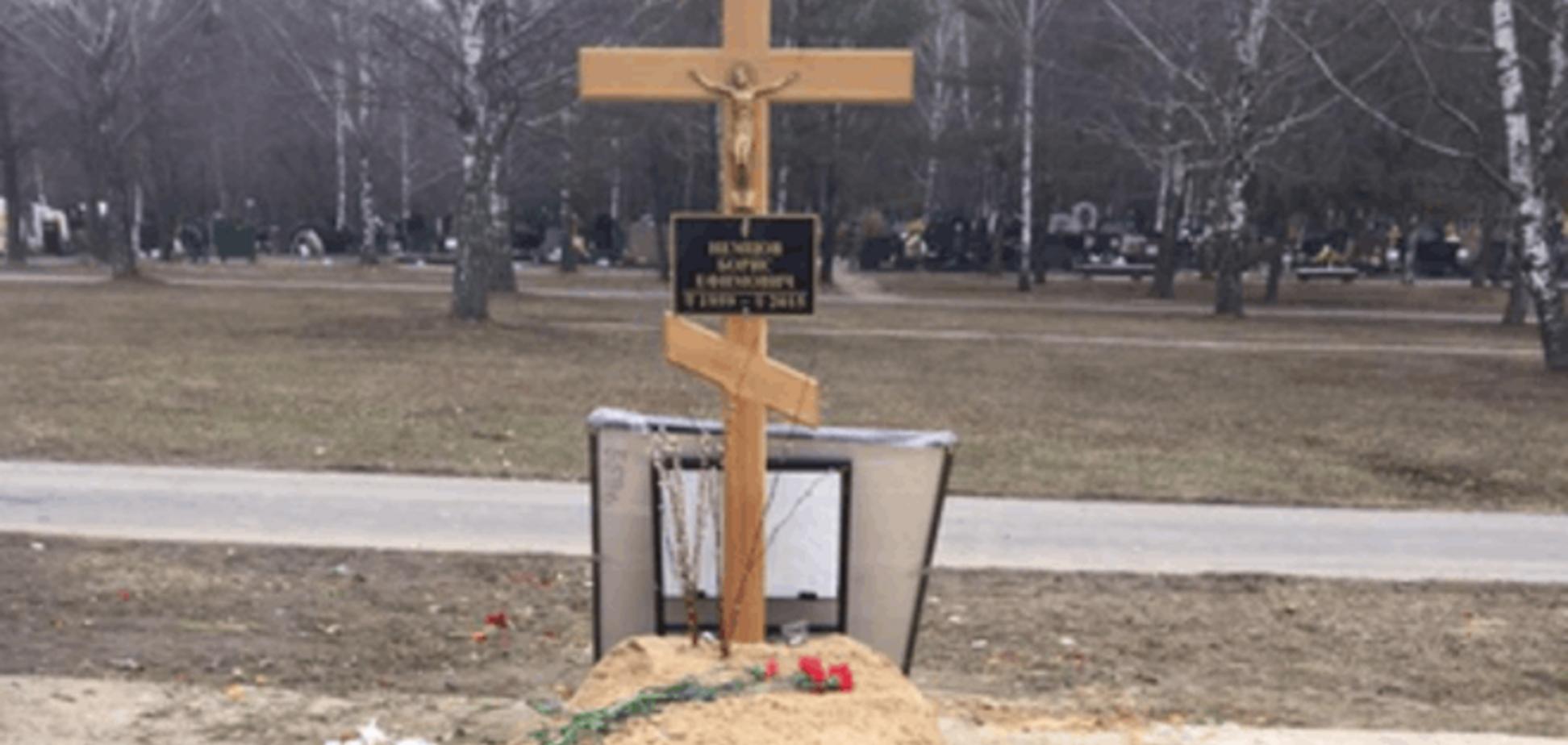 С могилы Немцова выбросили на свалку все цветы и венки: фотофакт