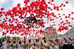 В небе над Майданом расцвели 'маки памяти': фоторепортаж