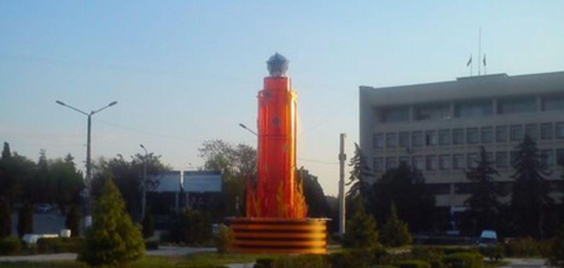 По-Фрейду. В Севастополе установили полосатый 'обелиск победобесия': фотофакт