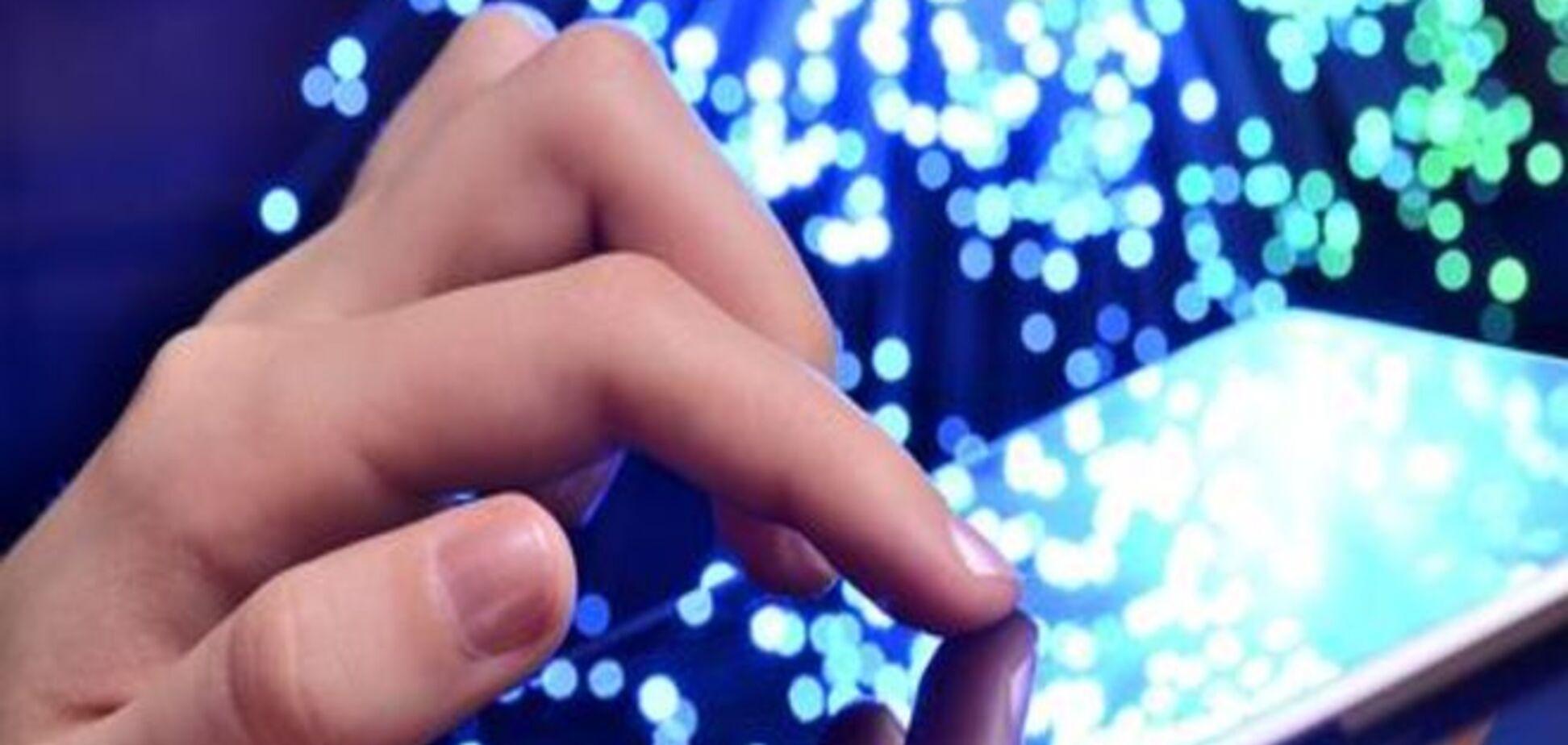 Прикосновение будущего: биохакер с помощью чипа в руке способен взломать любой телефон
