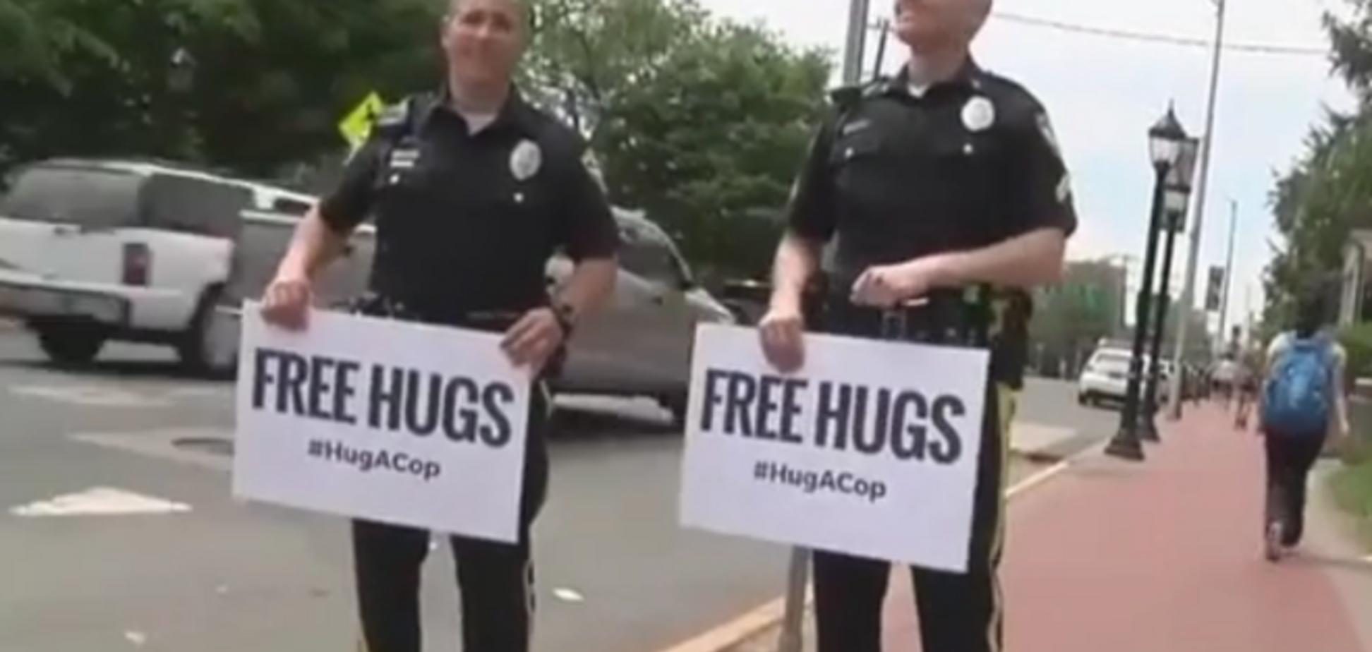 Полицейские в США раздавали прохожим нежные объятия: видеофакт