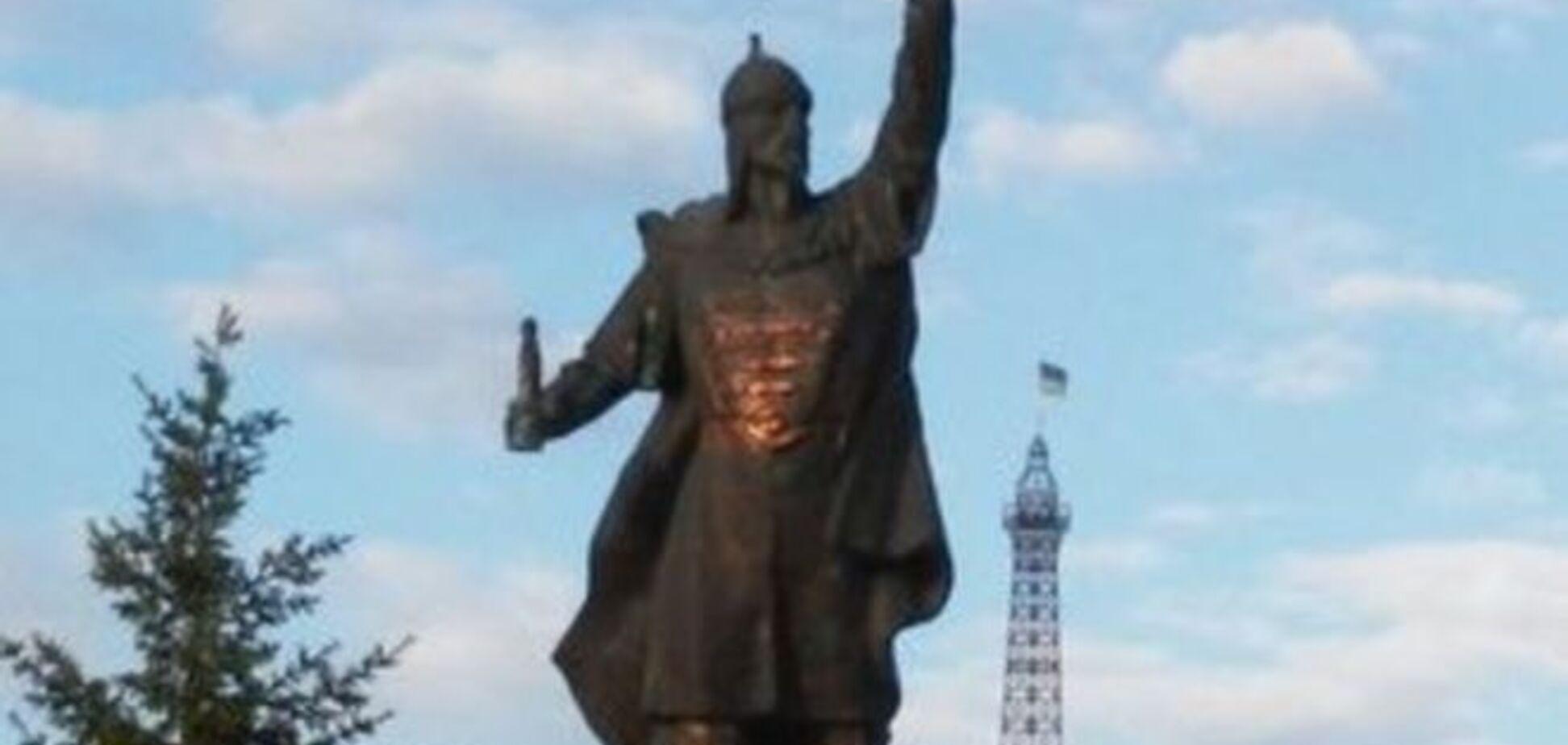 У Харкові за ніч звалили три пам'ятники, а з четвертого вкрали меч