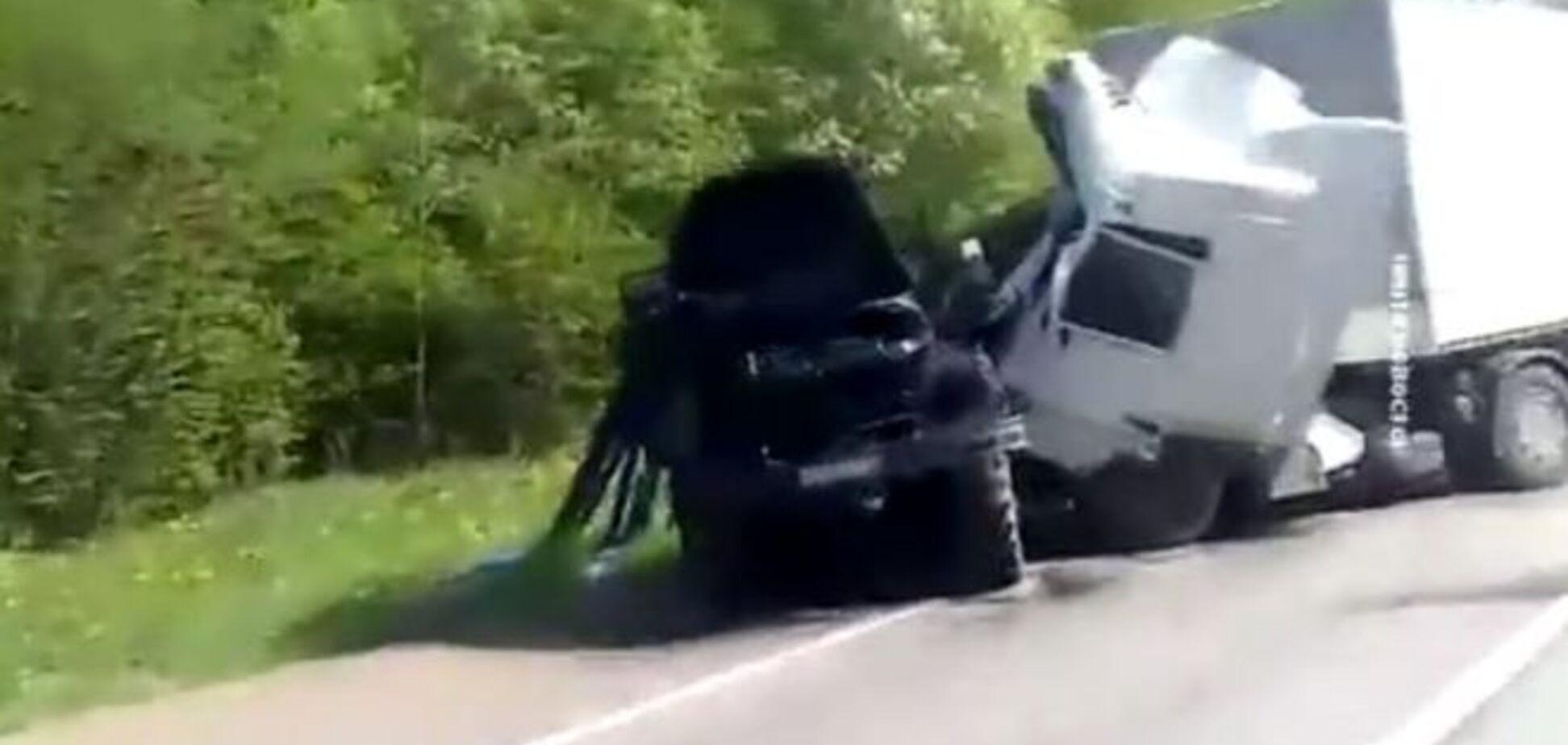 Смертоносная 'гуманитарка': путинский конвой протаранил грузовик на Донбассе, опубликовано видео