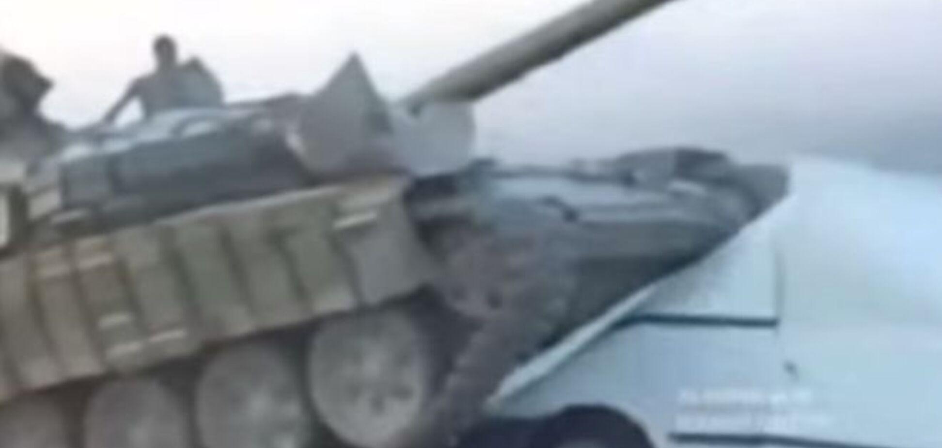 'Путинские мародеры': террористы ради 'прикола' раздавили танком микроавтобус. Видеофакт