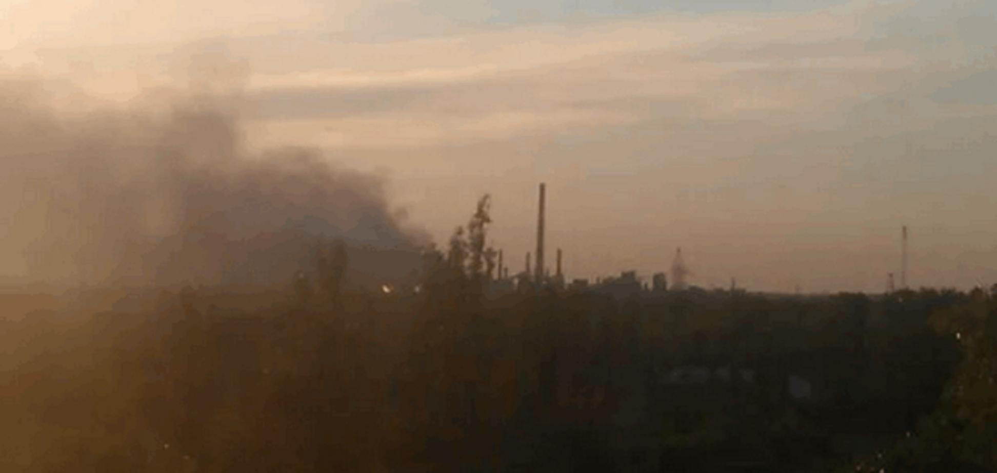 В Авдеевке пылает завод Ахметова: фото с места событий