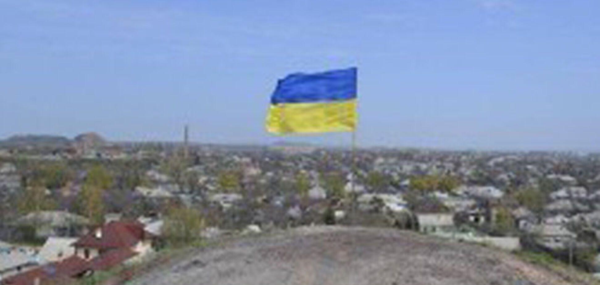 У центрі Луганська під носом у терористів вивісили прапор України: фотофакт