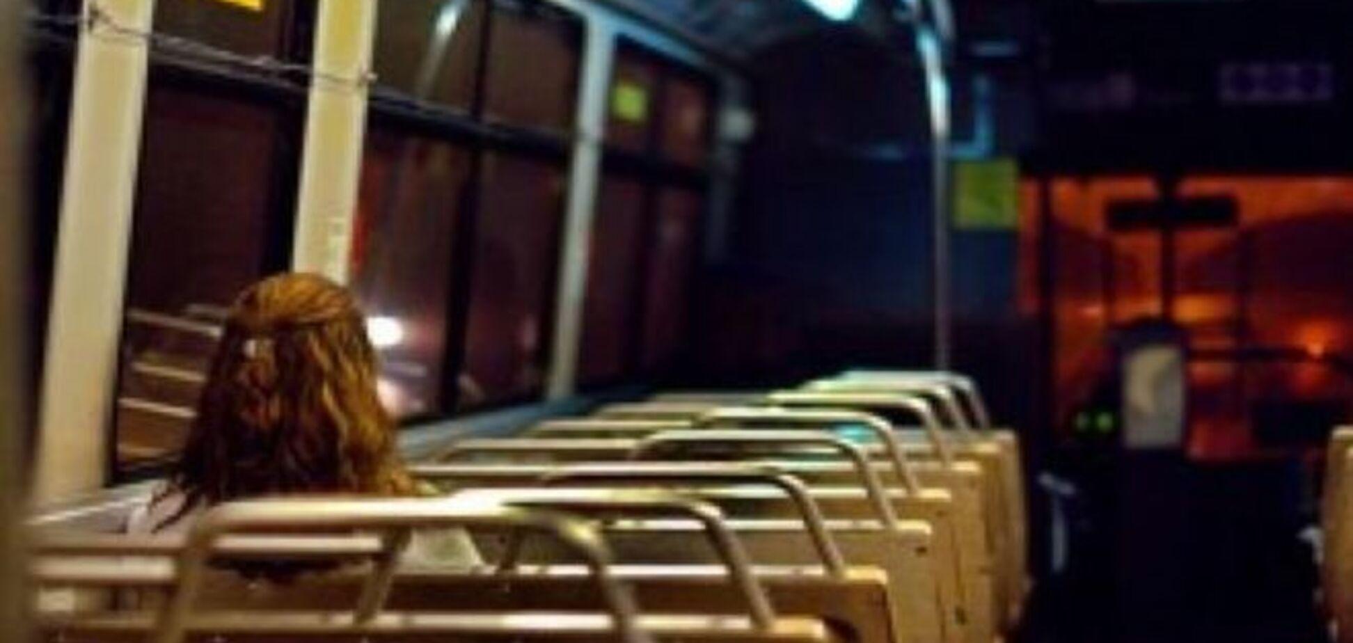 В киевском ночном троллейбусе пьяный хулиган жестоко избил журналистку