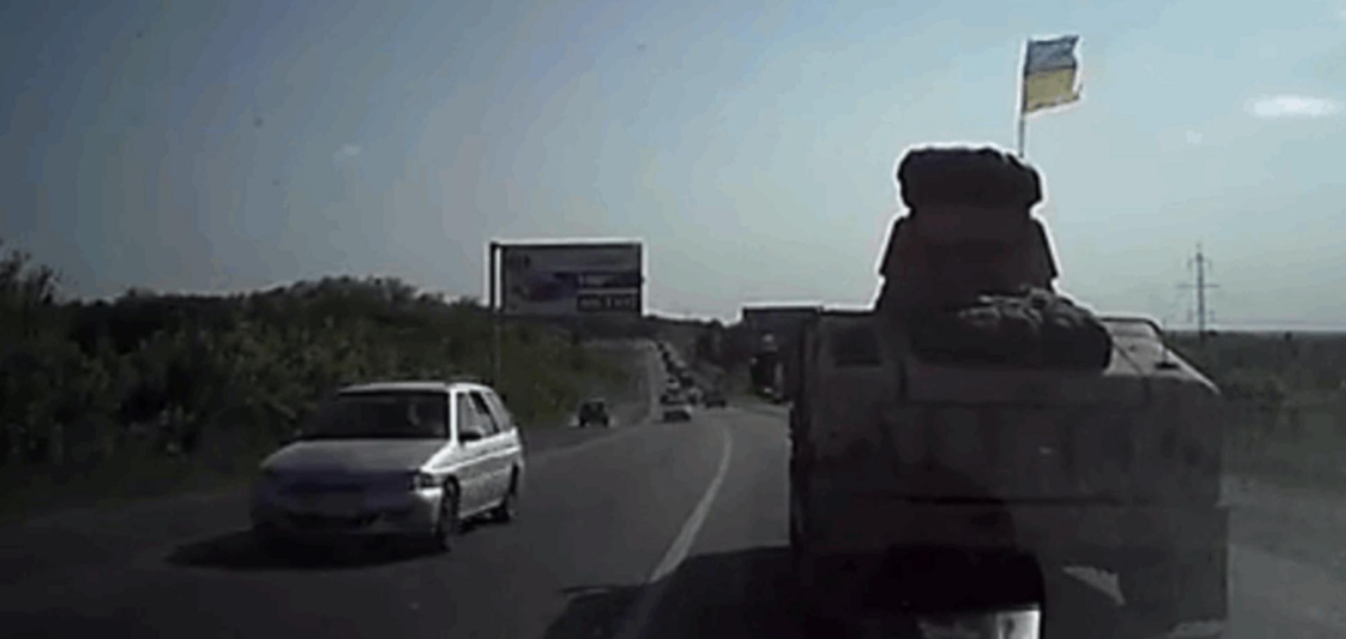 Велика колона американських броньовиків рухається в зону АТО: Відеофакт