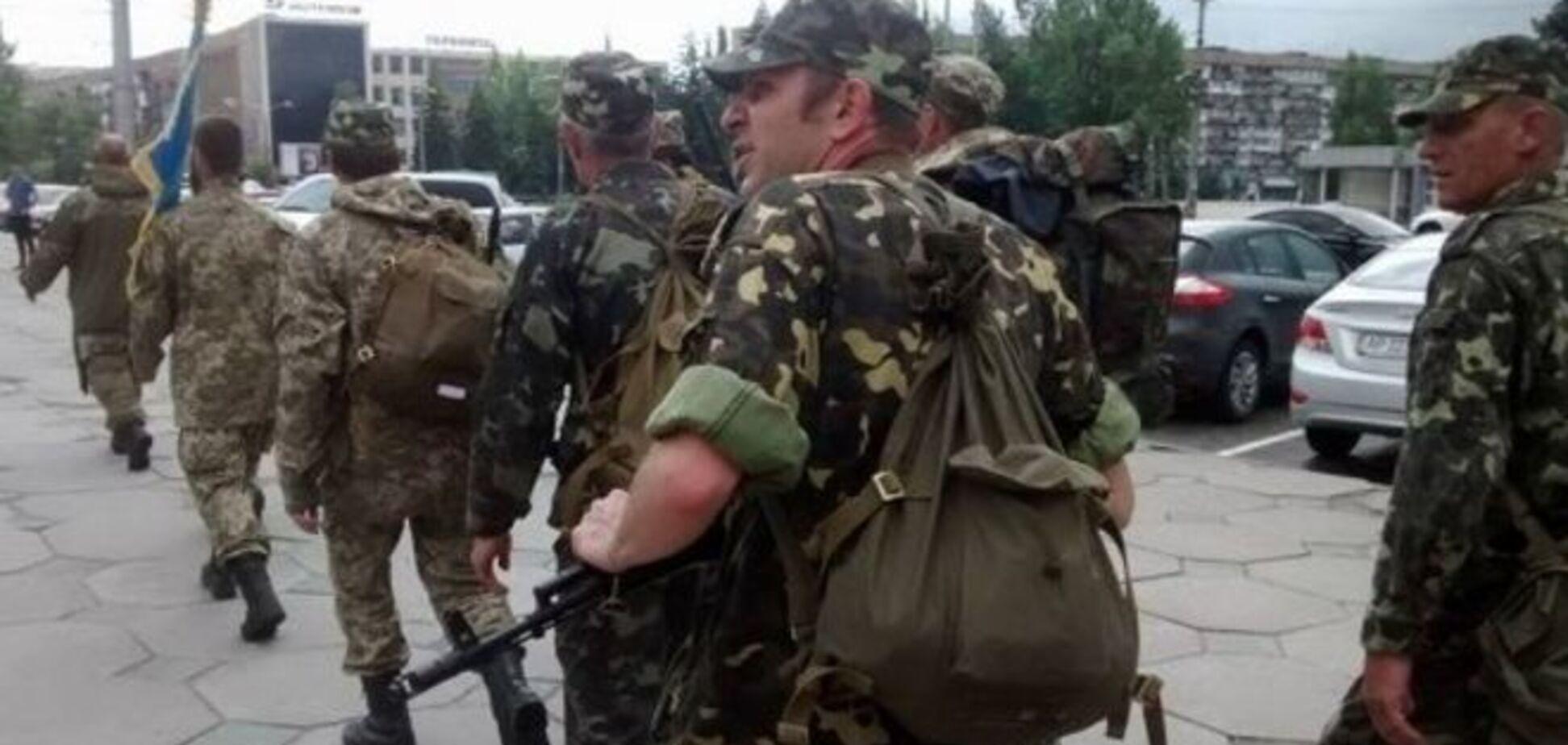 Зачем? Бойцов ВСУ заставили пешком идти из Запорожья в Мариуполь: фотофакт