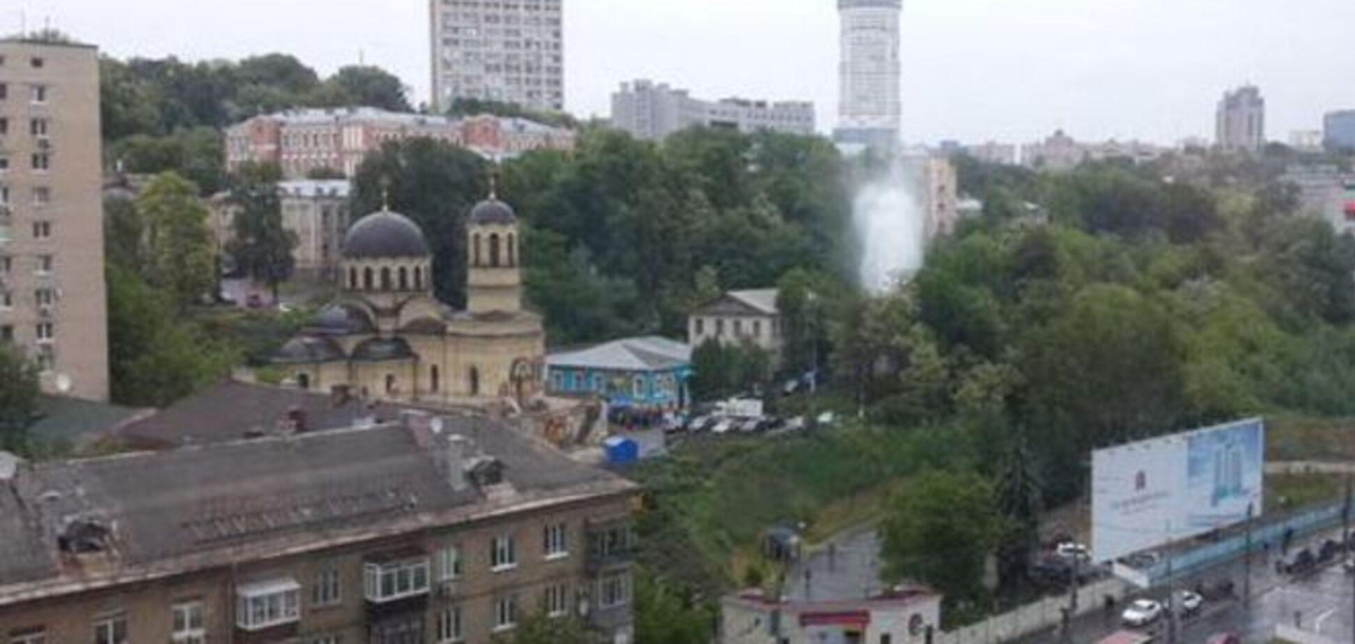 В Киеве возле больницы забил мощный гейзер: фотофакт