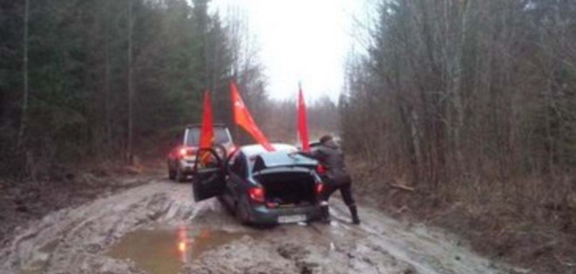 В России патриотический автопробег застрял в грязи. Фотофакт