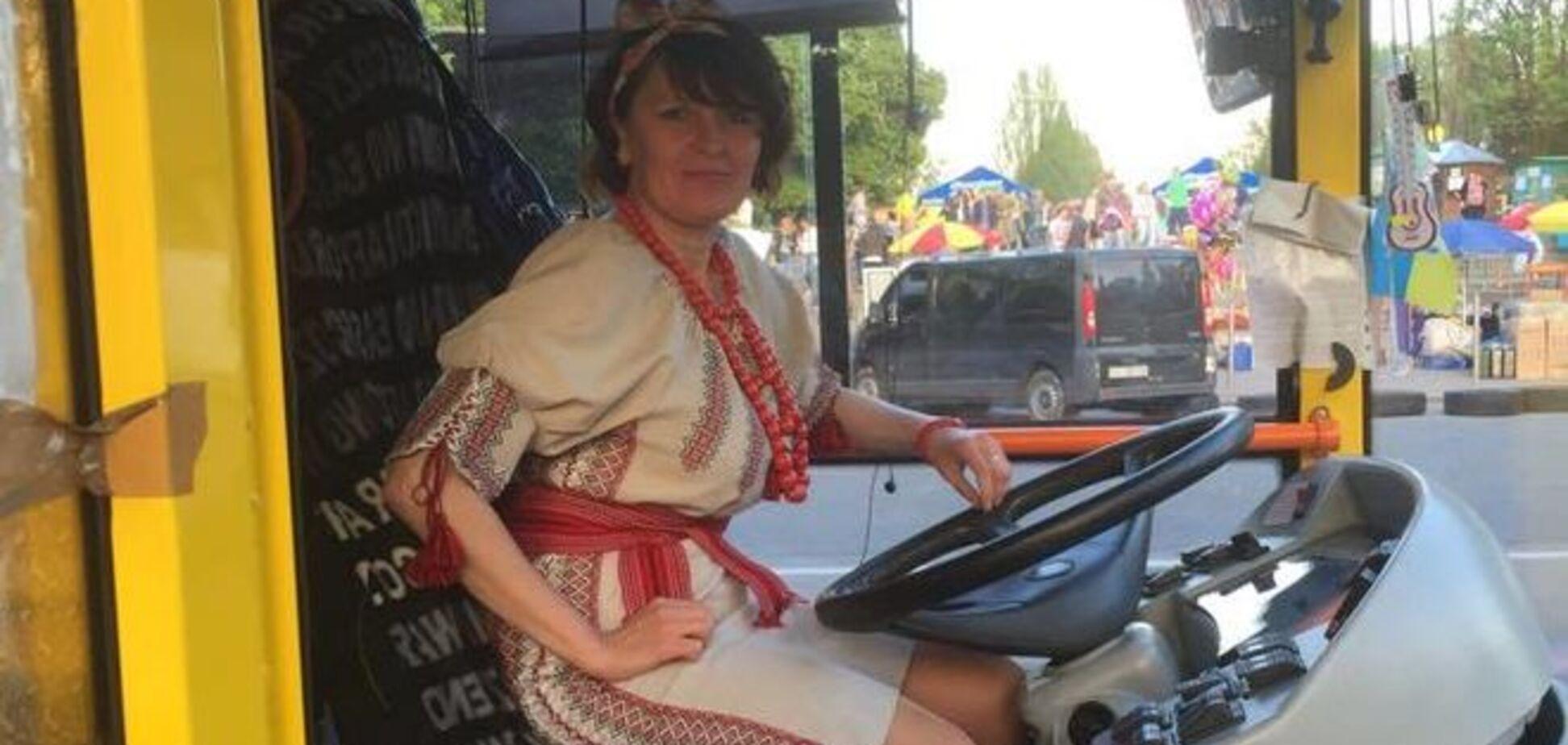 Водитель троллейбуса в украинском костюме взорвала сеть: фотофакт