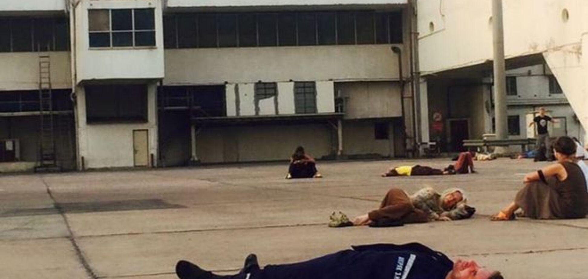 'На привалі': фото сплячого на землі Шкіряка підірвало інтернет