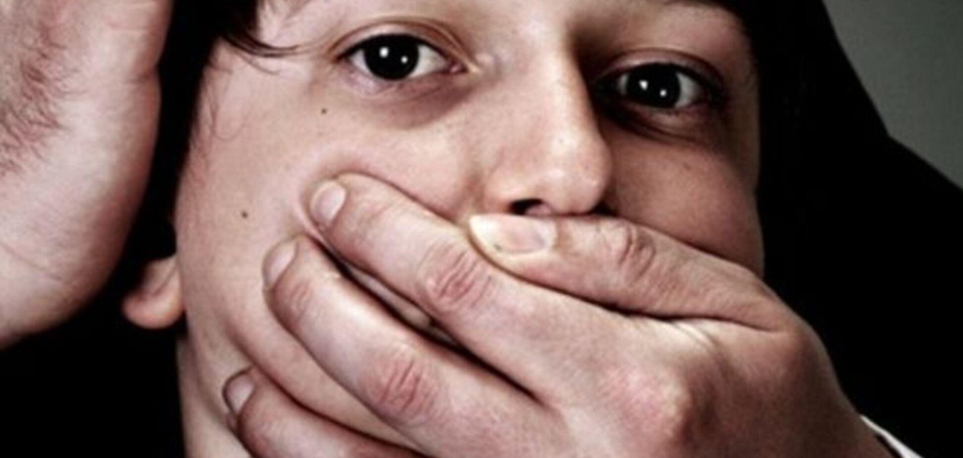 У Києві, погрожуючи ножем, педофіл згвалтував хлопчика
