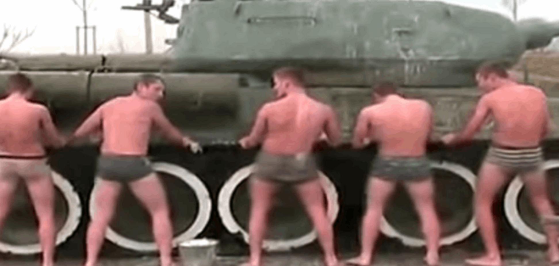 Служить в России легко! Кадеты голышом моют танки: видеофакт