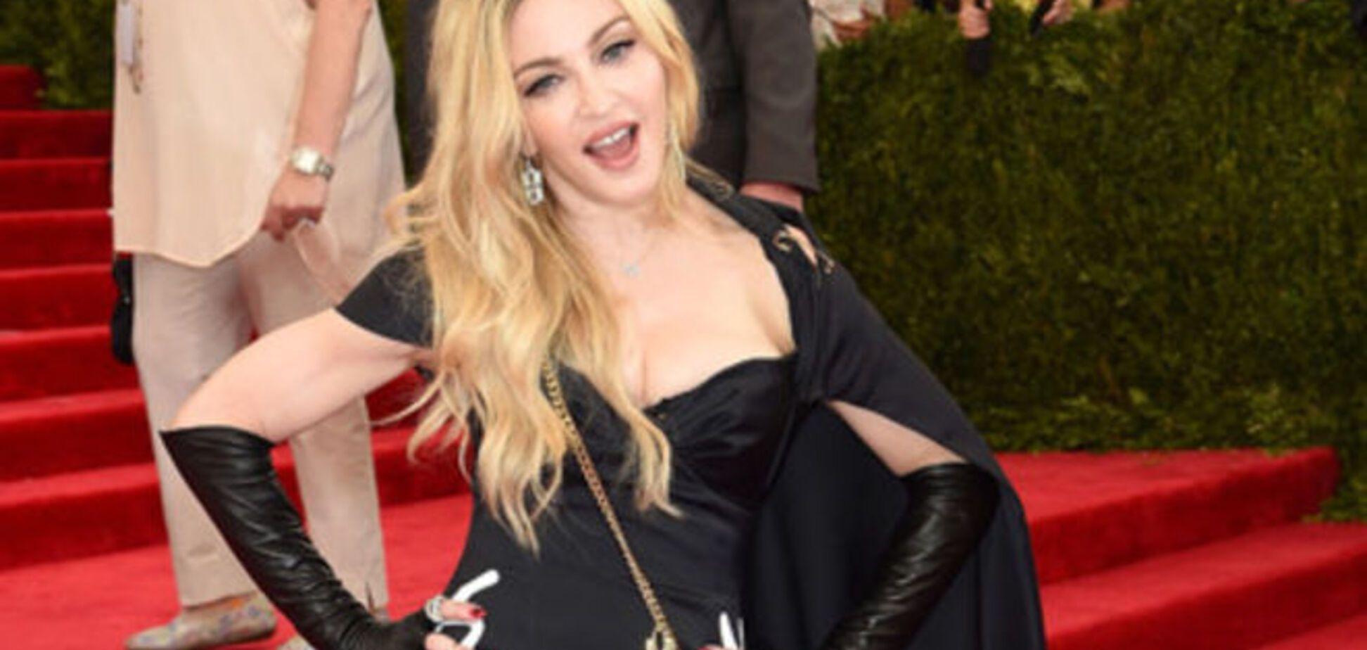 Настоящее безумие: Мадонна пришла на бал в нелепом наряде