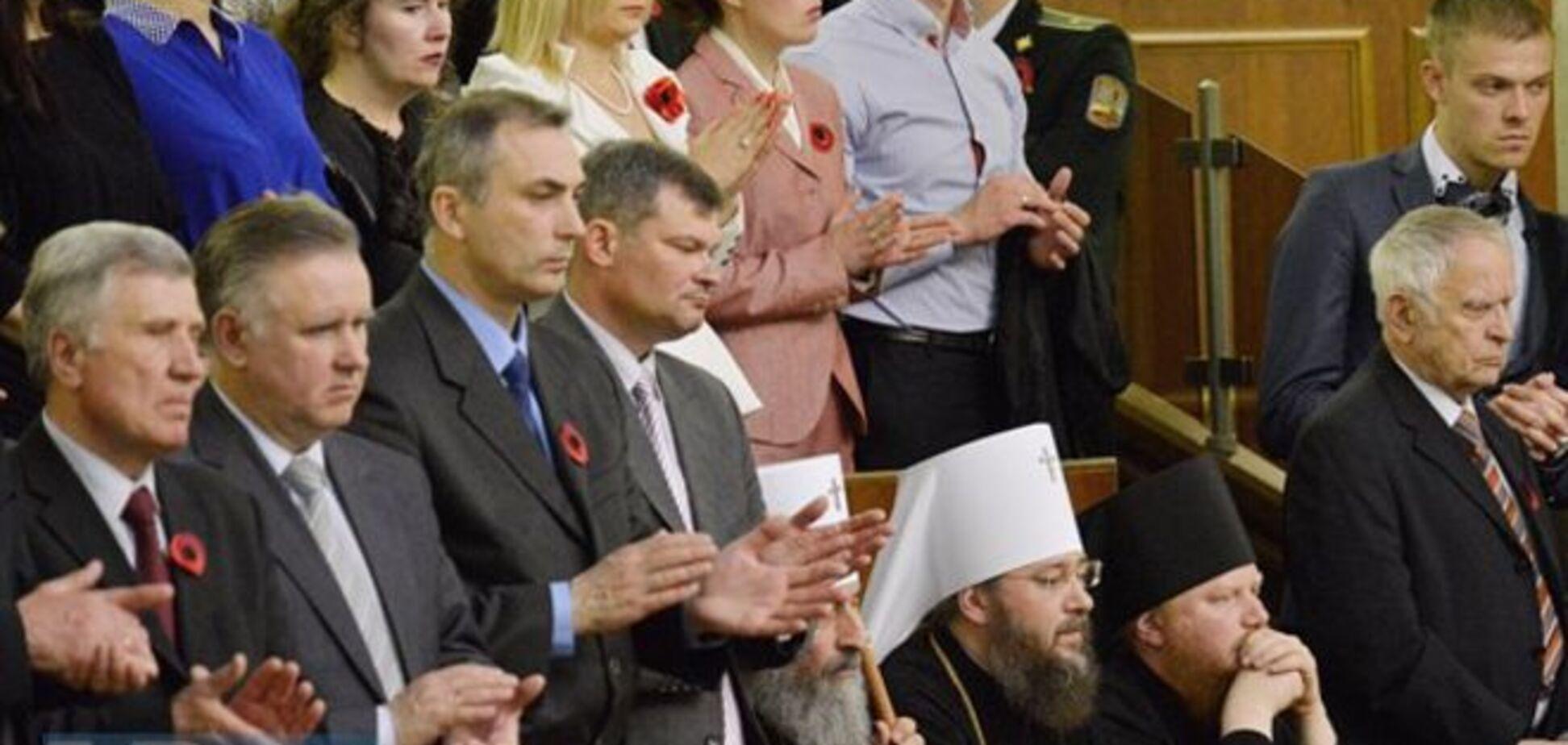 Представники УПЦ МП не встали під час зачитування імен героїв України