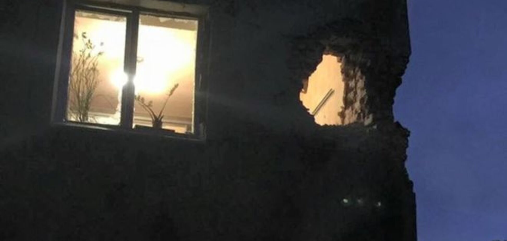 В Донецке снаряд прилетел прямо в жилую квартиру: фотофакт