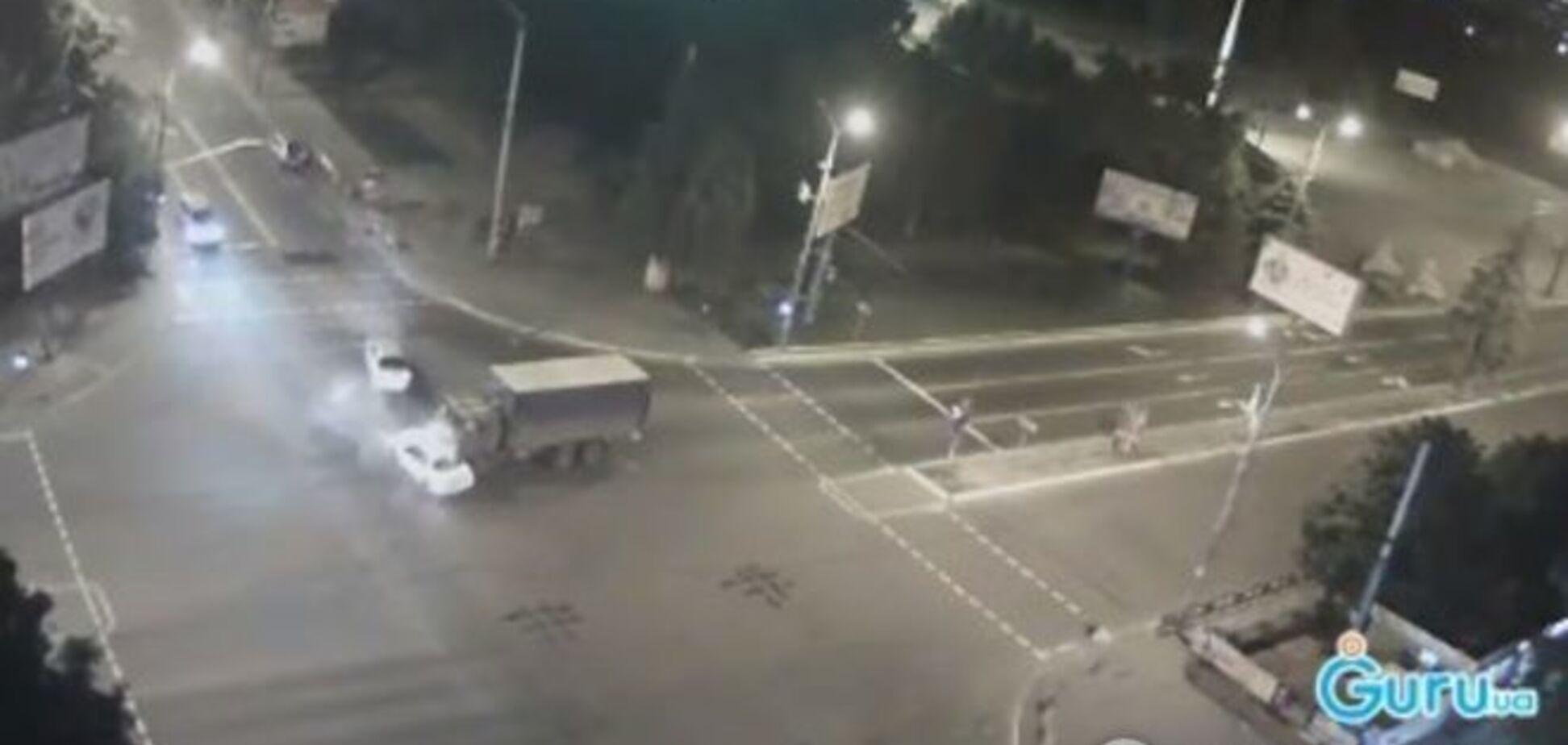 В Мариуполе военный грузовик устроил ДТП с двумя авто: опубликовано видео