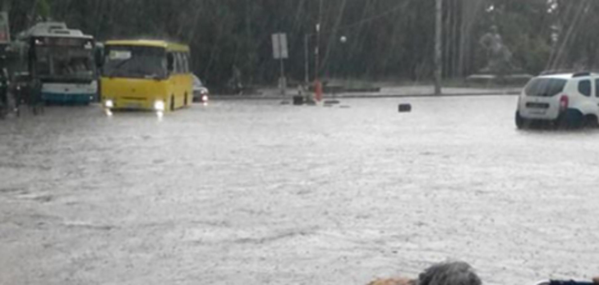 Симферополь второй раз за сутки парализован из-за ливня и града