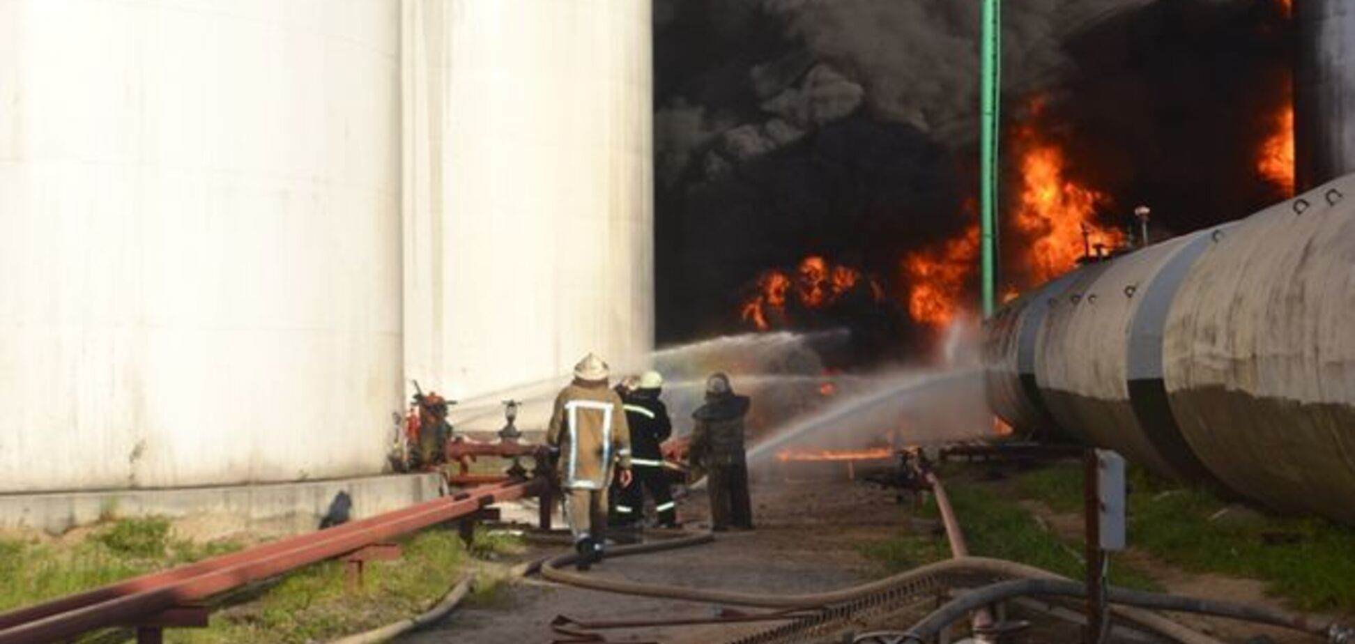 Пожар на нефтебазе в Василькове: затушен самый сложный участок