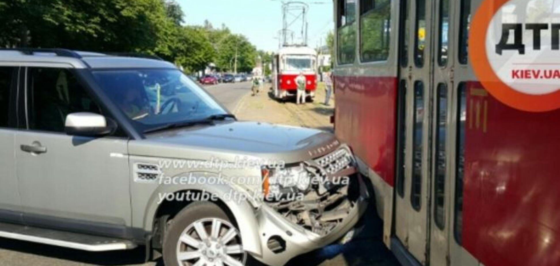 Не заметила! В Киеве дамочка на элитном авто протаранила трамвай: фото с места ДТП