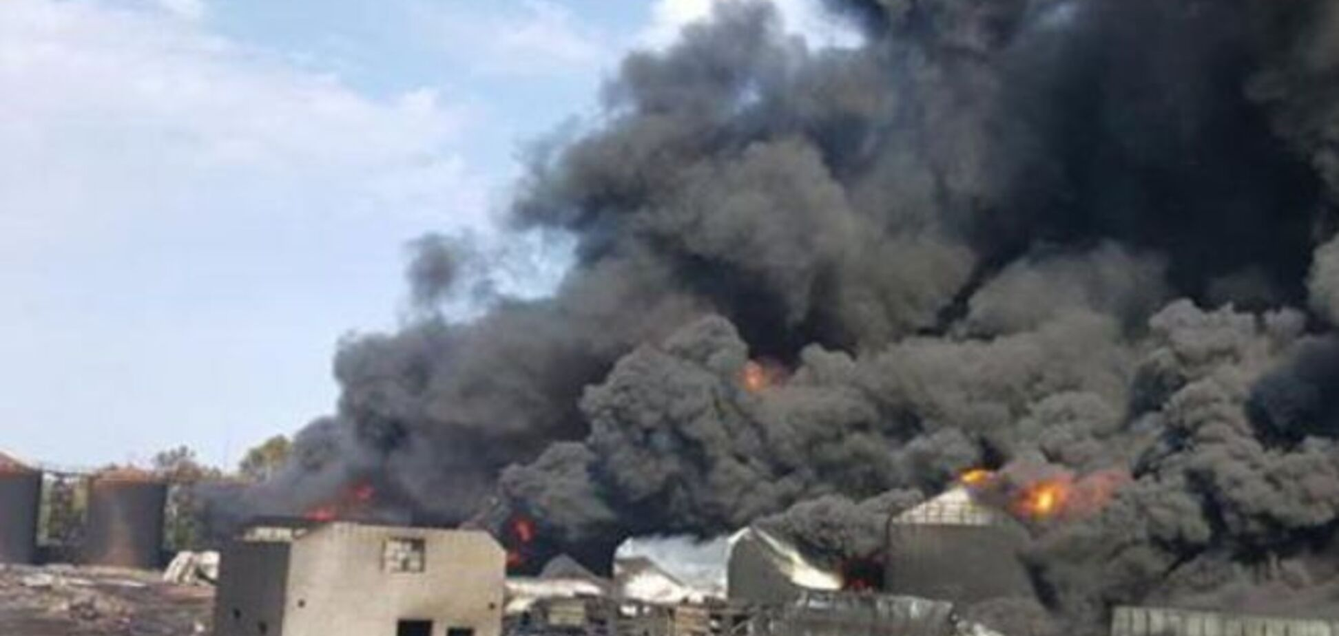 Пожар в Василькове: осталось потушить одну емкость с горючим