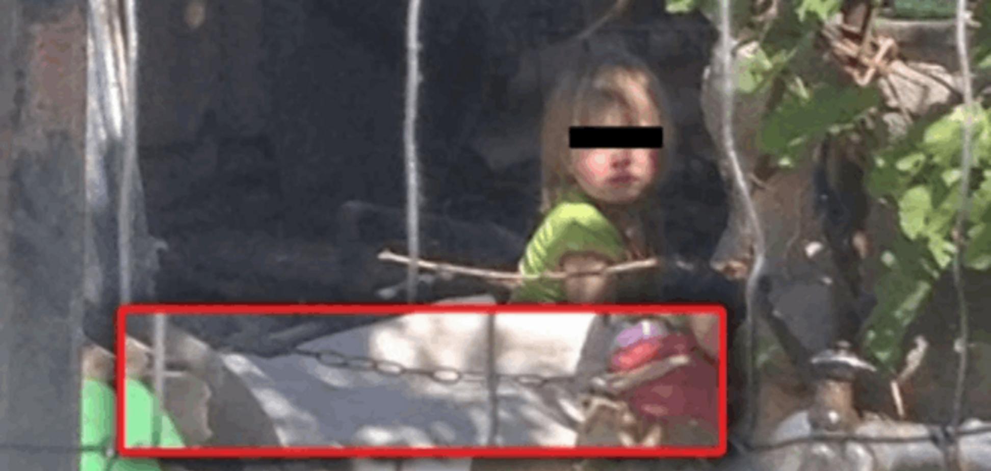 На Херсонщине бабушка держала свою правнучку на цепи, как собаку: опубликовано видео