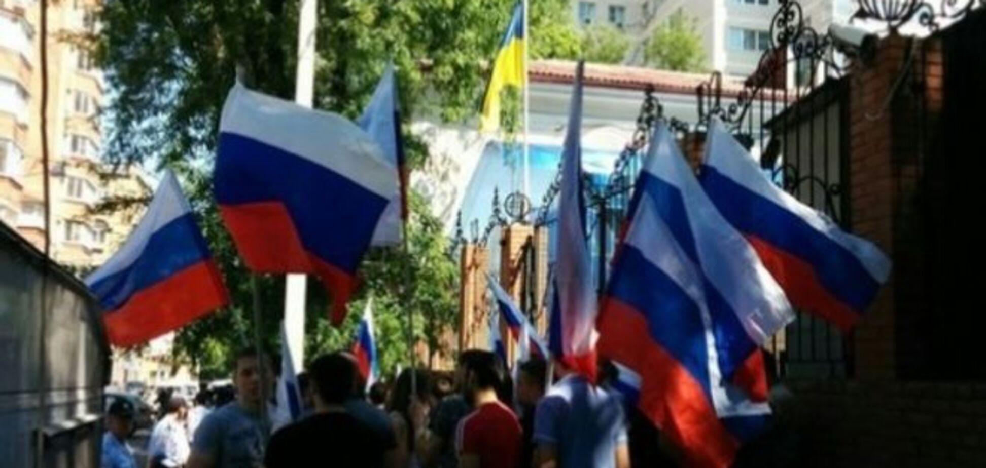 Они еще и обиделись! Недовольные россияне пикетируют разгромленное консульство Украины в Ростове