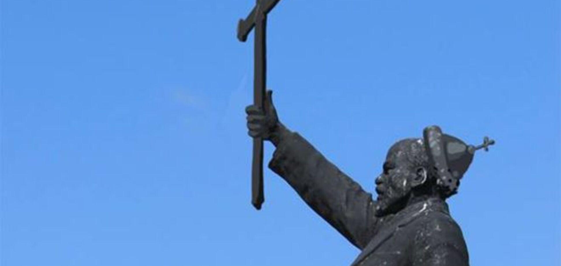 Владимир Ильич меняет профессию. В сети придумали, как без насилия преобразить Ленина: фото памятников