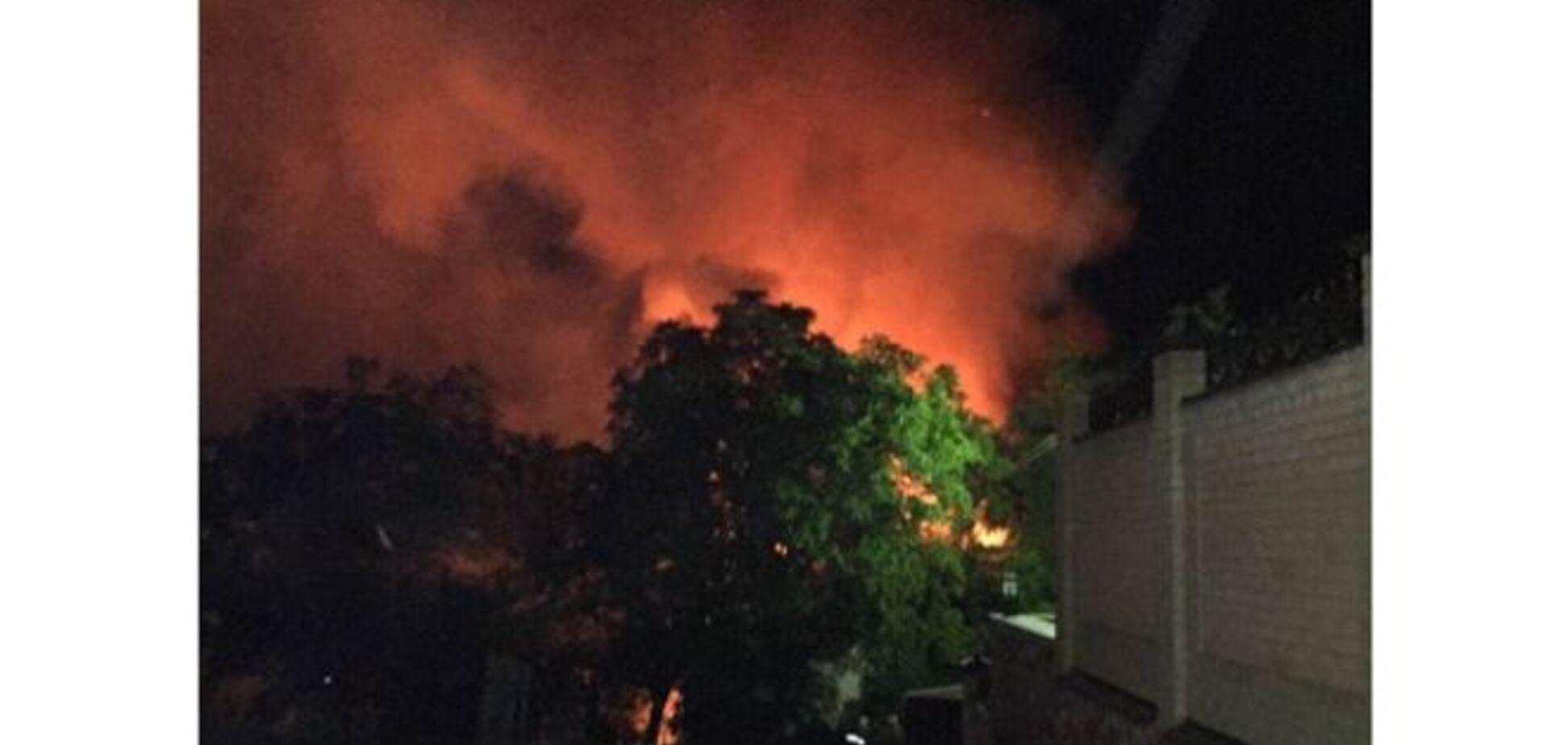 Ночью в элитном районе Киева произошел масштабный пожар: фотофакт