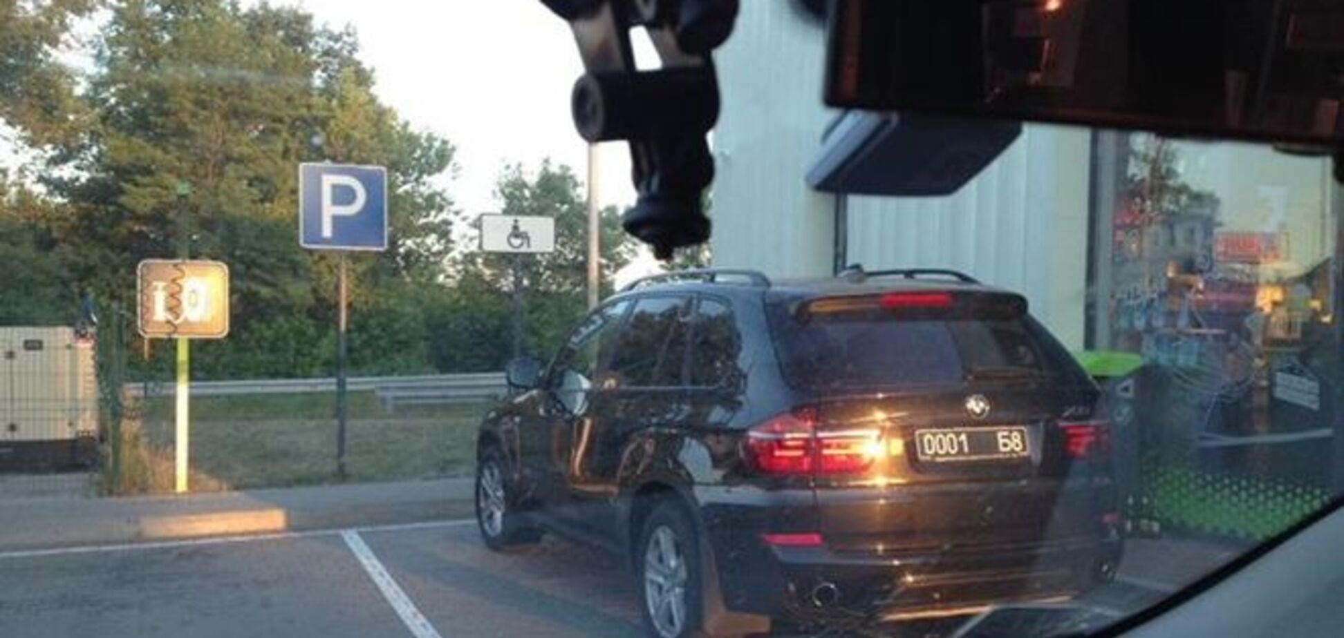Под Киевом заметили 'холеных' военных на элитном авто: фотофакт