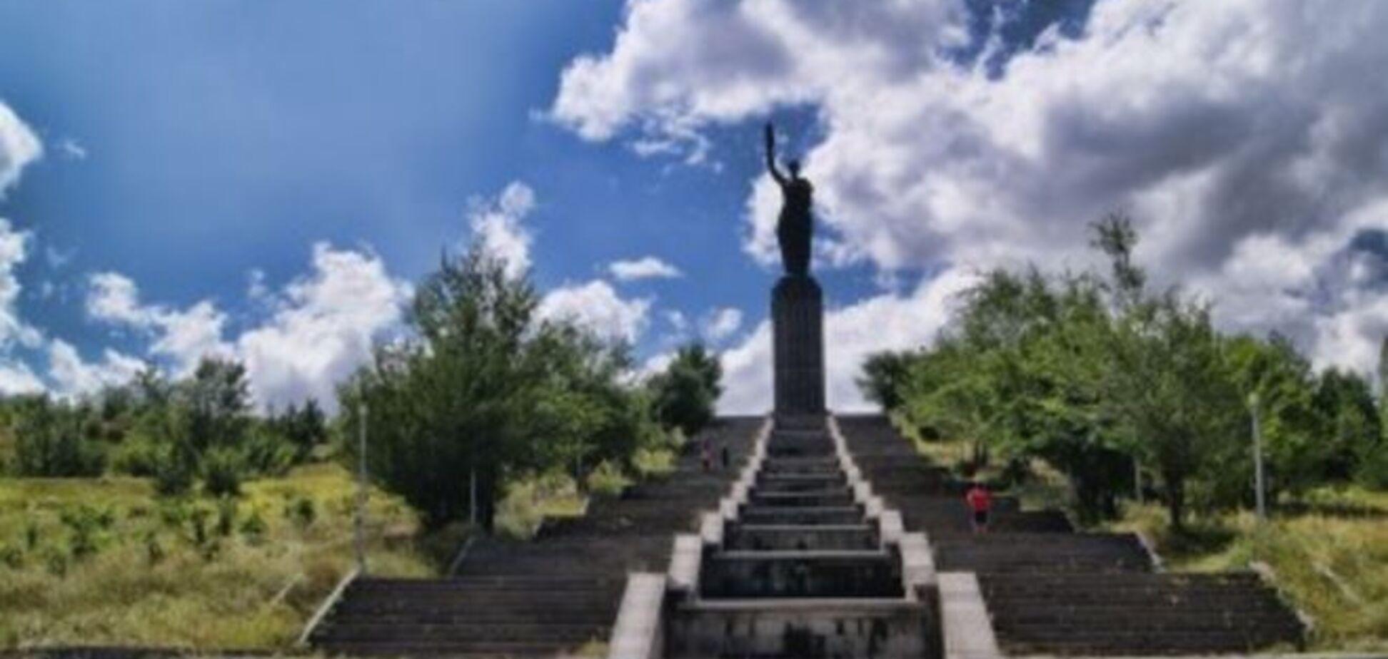В Гюмри российского солдата зарезали у памятника 'Мать Армения'