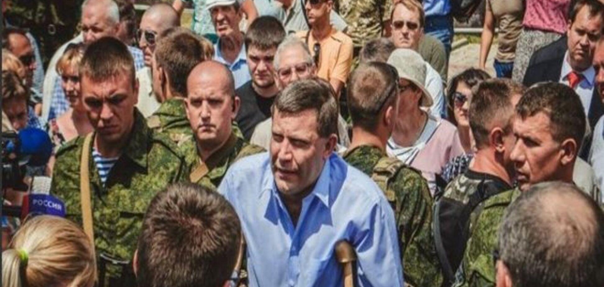 Главарь 'ДНР' с жалким видом и на костылях появился на митинге в Донецке: опубликованы фото