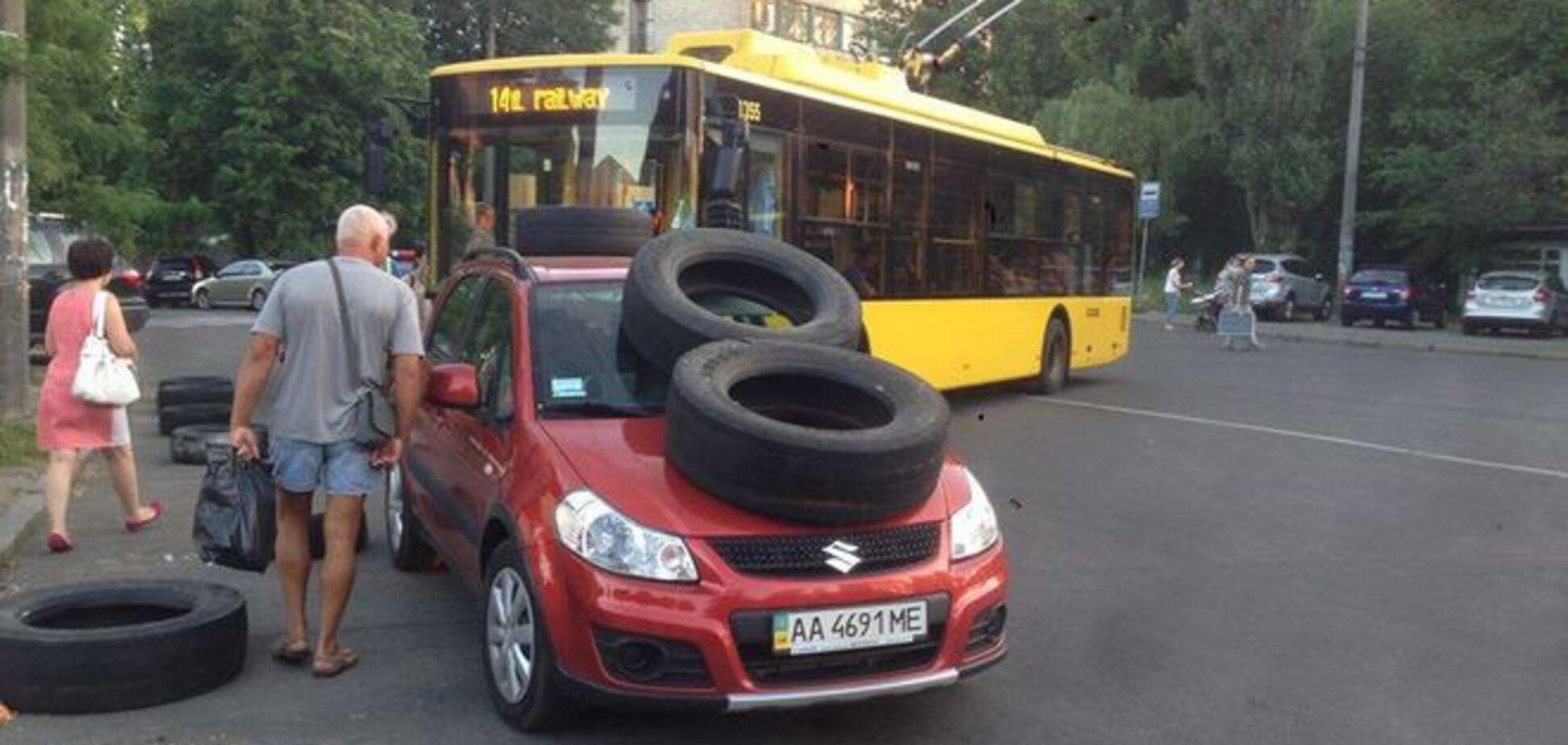 'Колесо на голову': киевские пешеходы эффектно наказали 'героя парковки'