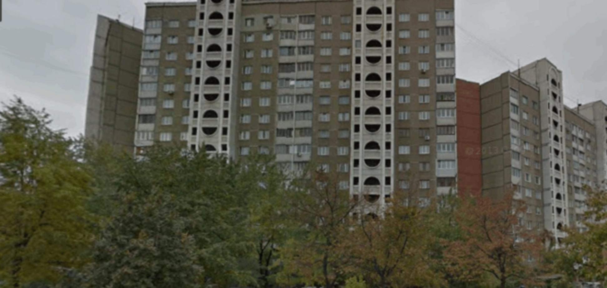 В Киеве с крыши 17-этажного дома выпал мужчина