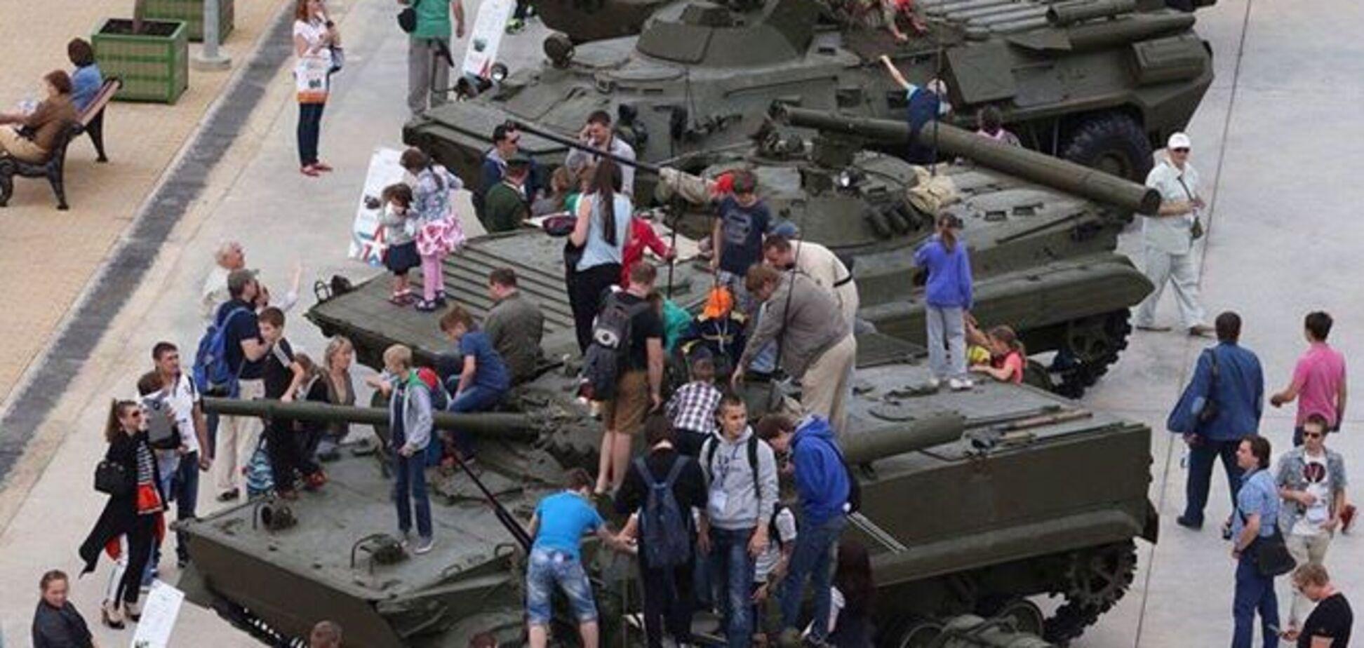 В России на военной выставке дети просто 'облепили' танки: фотофакт