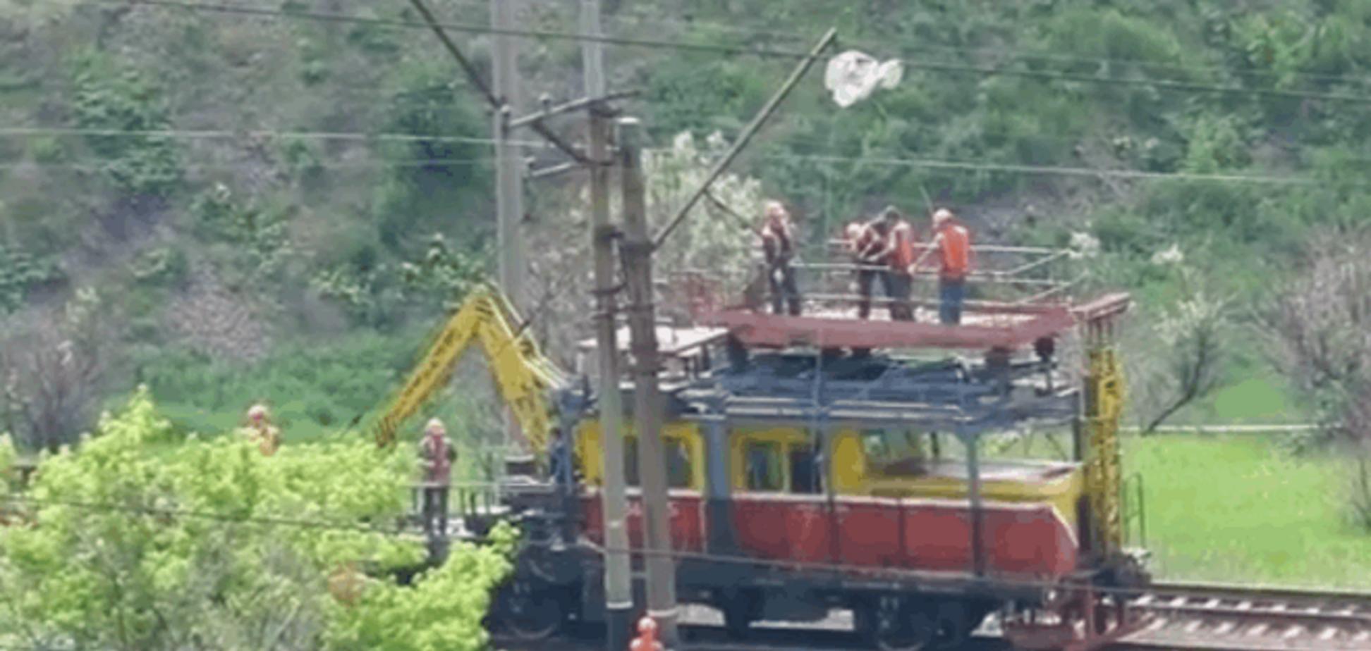 'Захарченко на особняк': в Горловке засняли, как оккупанты срезают провода над железной дорогой