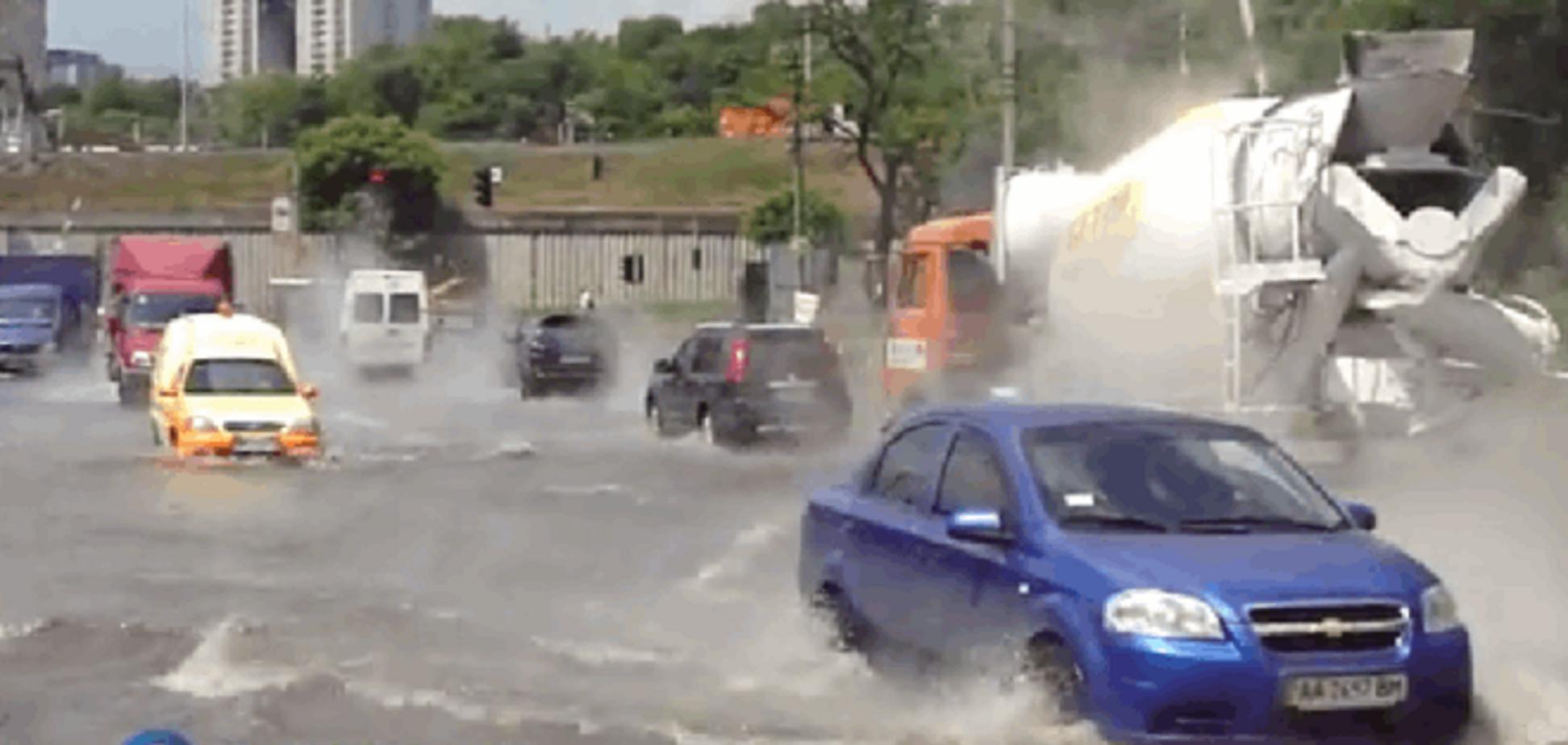 В Киеве дорогу возле метро залило кипятком: опубликованы фото и видео
