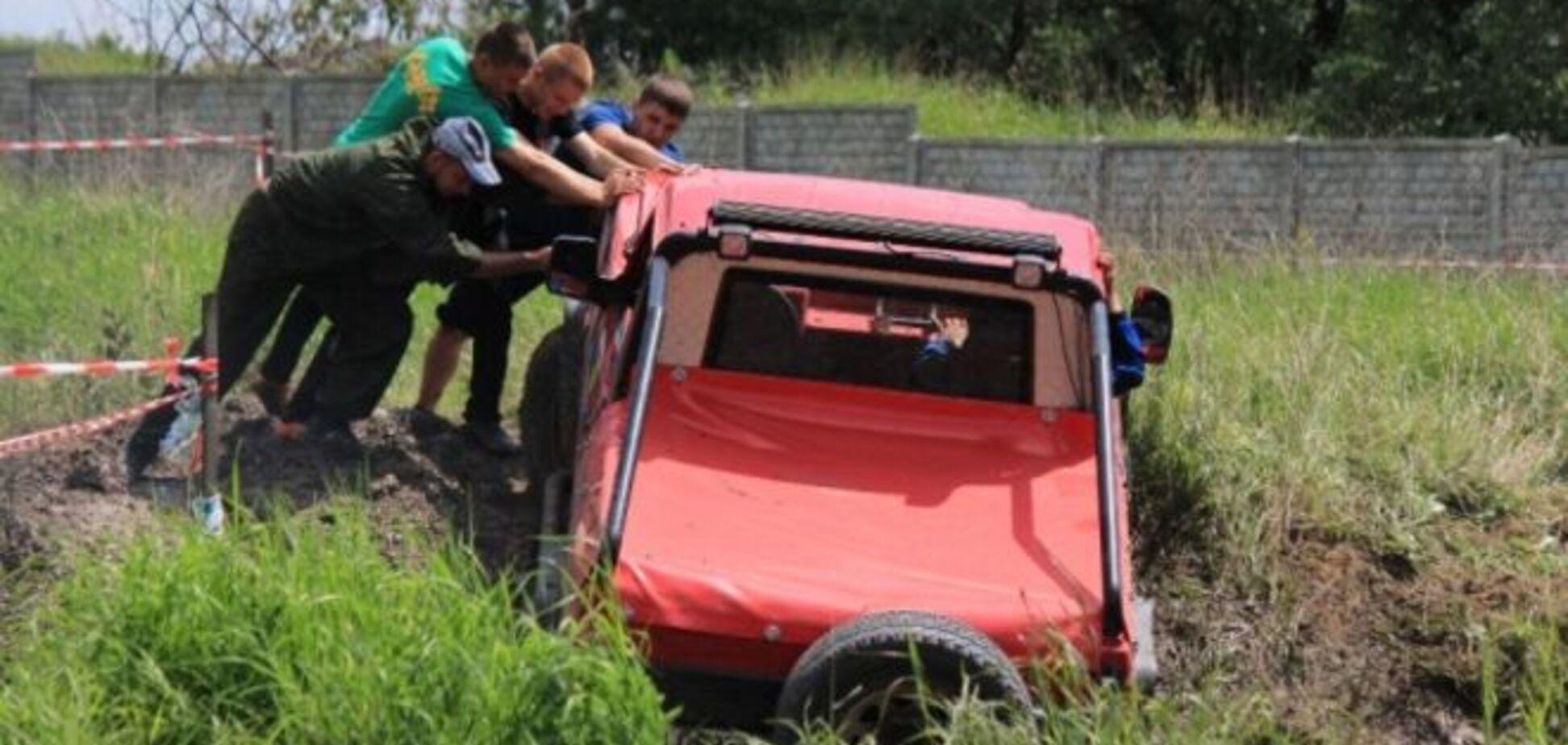 Танки надоели. В 'ЛНР' устроили гонки по грязи на внедорожниках: фото развлечения