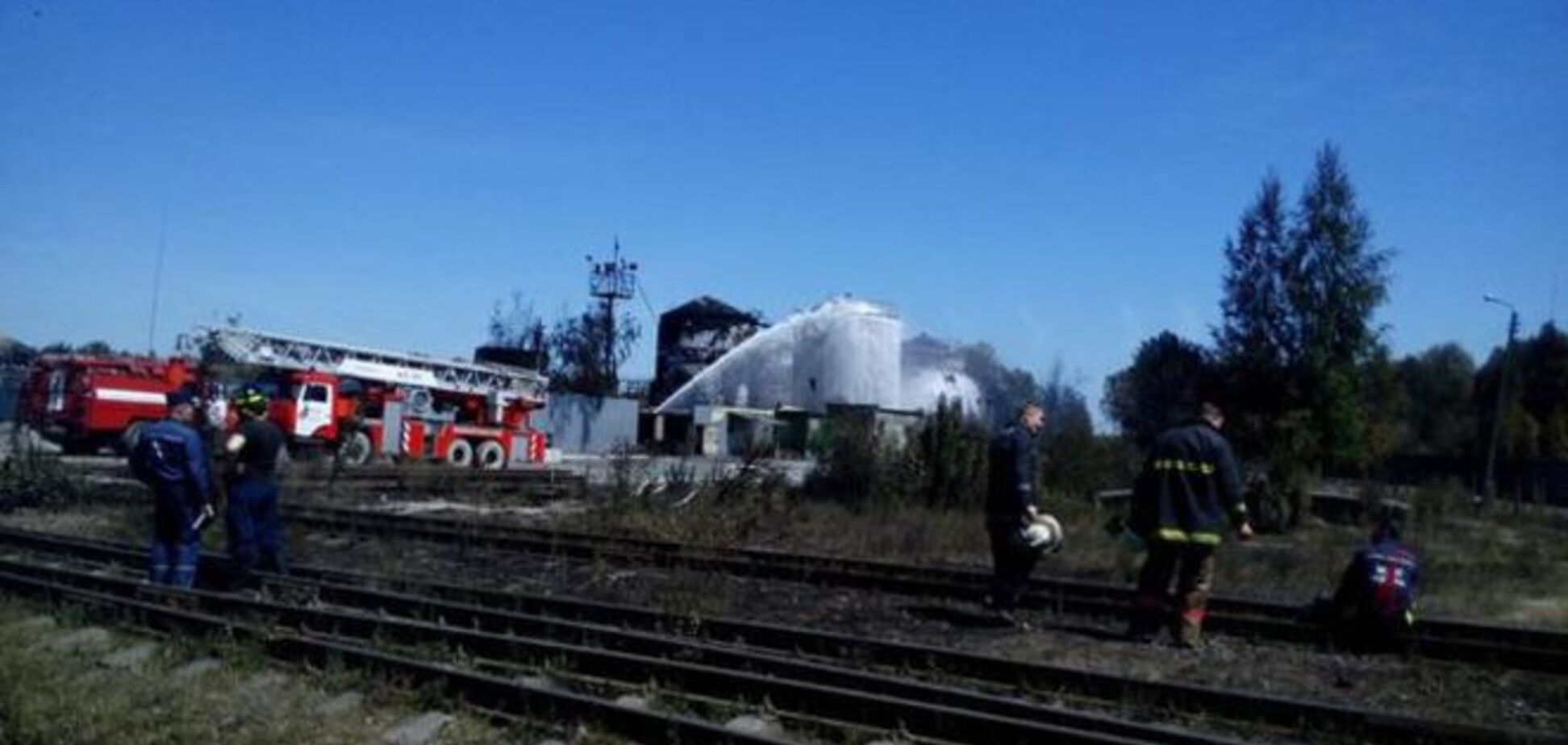 В Киеве на нефтебазе 'БРСМ' прорвало трубу по перекачке бензина