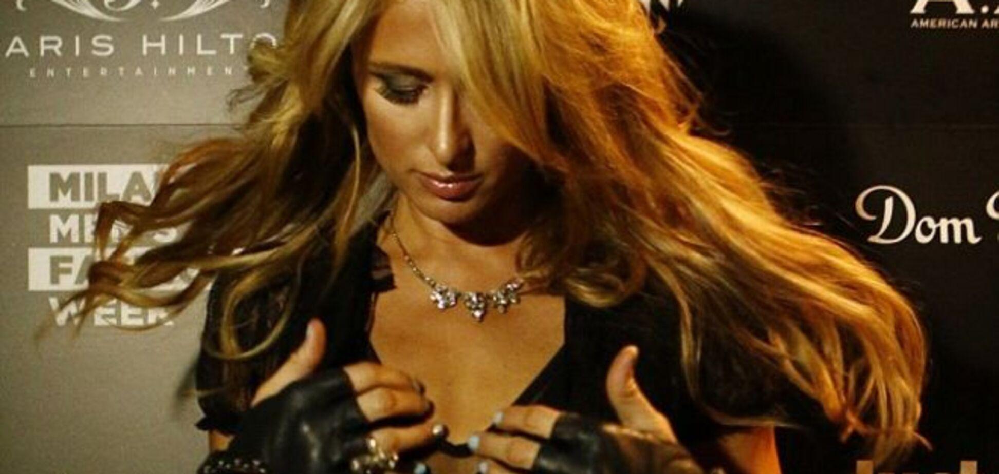 Пэрис Хилтон подвело платье, оголив ее грудь перед фотографами