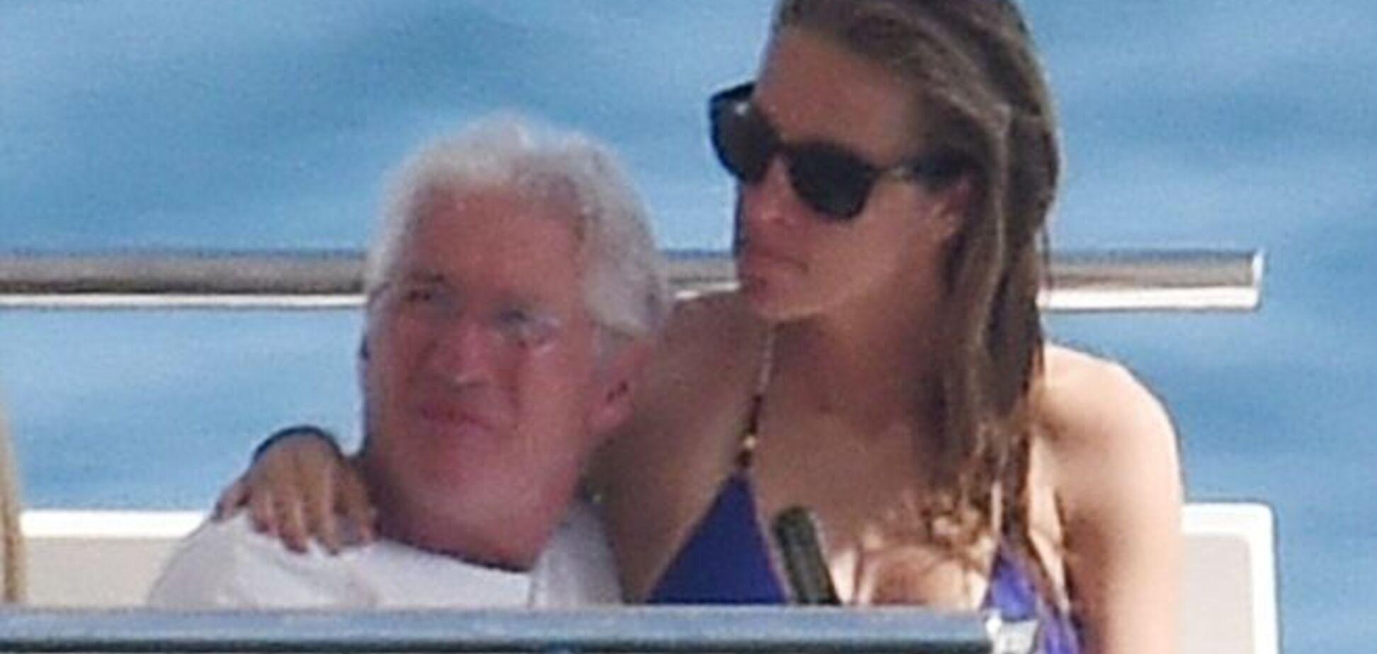 Молодая любовница 65-летнего Ричарда Гира показала роскошное тело